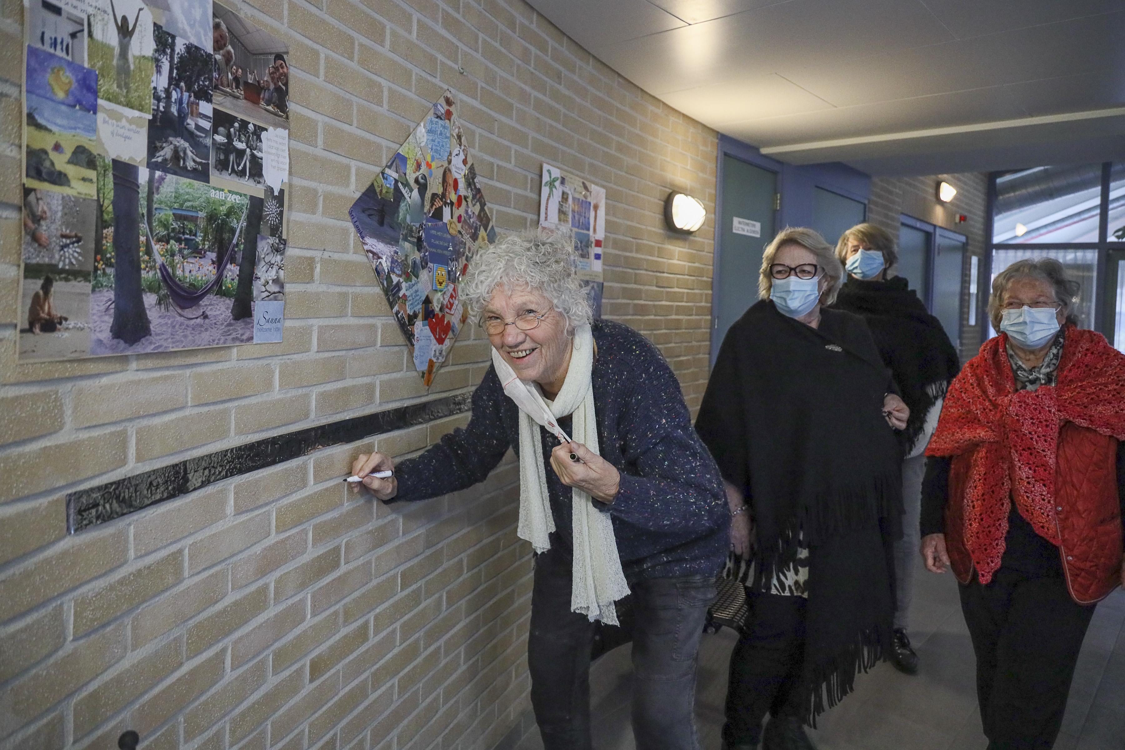 Collage vrolijke dames De Perelaar Zwaag moet bewoners laten kicken: 'Hier verlangen we naar'