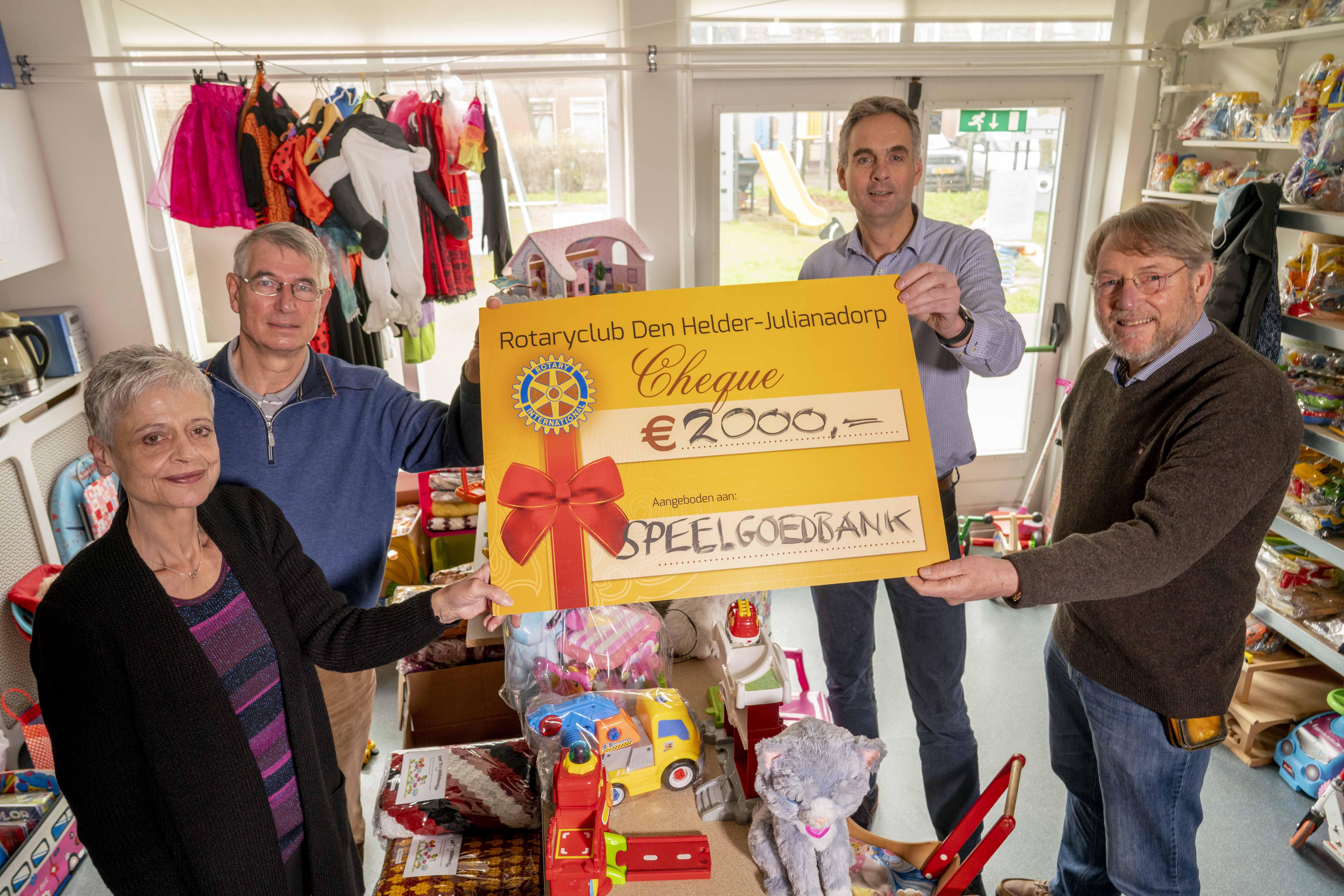 Honderdduizend kilo oude kleding ging er dit jaar door de handen van de Rotaryleden. Zodat er weer een gulle gift naar de Speelgoedbank Den Helder kan [video]