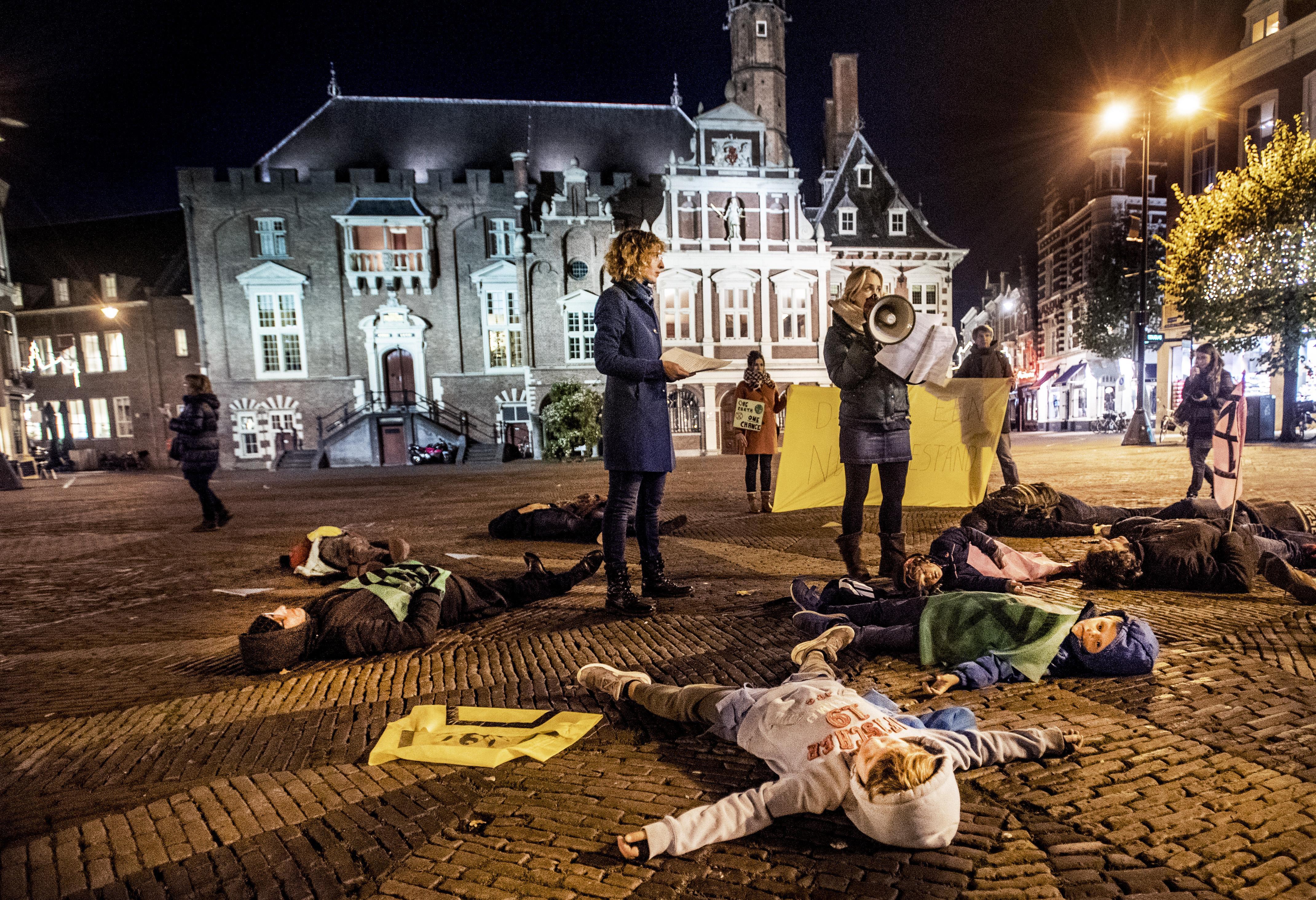 Klimaatactivisten van Extinction Rebellion 'sterven' op de Grote Markt in Haarlem: er is geen planeet B
