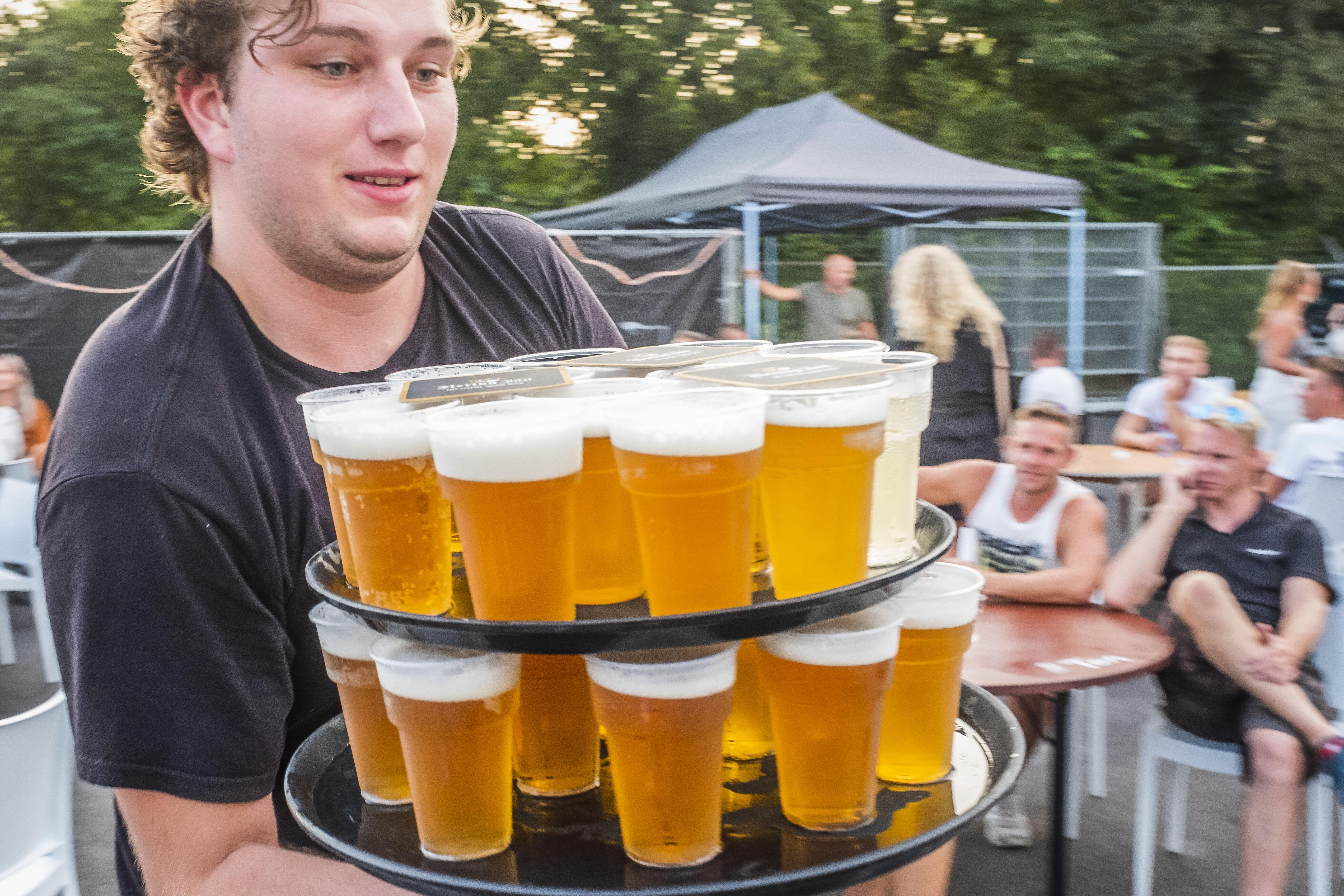 Dorpskermis in coronatijd: Gezelligheid proeft als verschraald bier | In 60 seconden