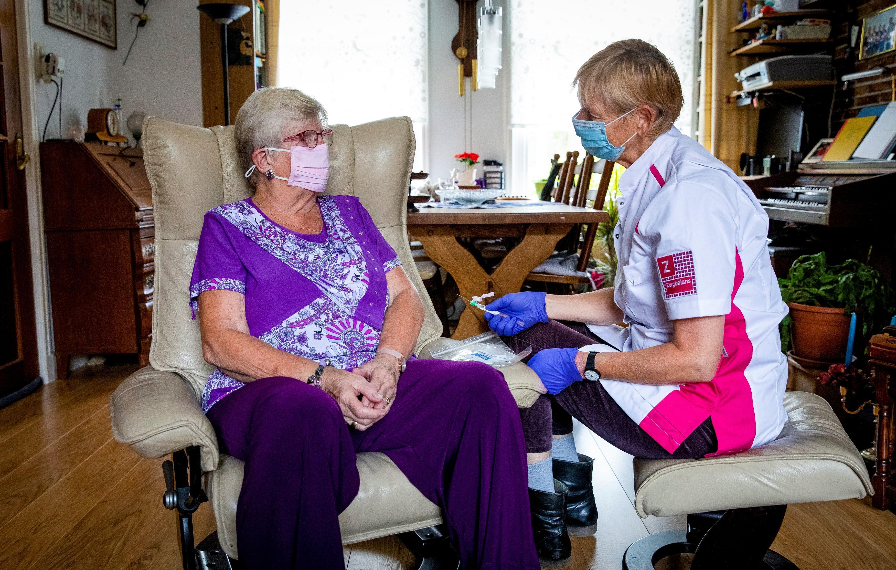 Thea (72) uit Bloemendaal krijgt chemotherapie vanuit haar luie stoel thuis: 'De mevrouw van Zorgbalans is heel erg aardig'