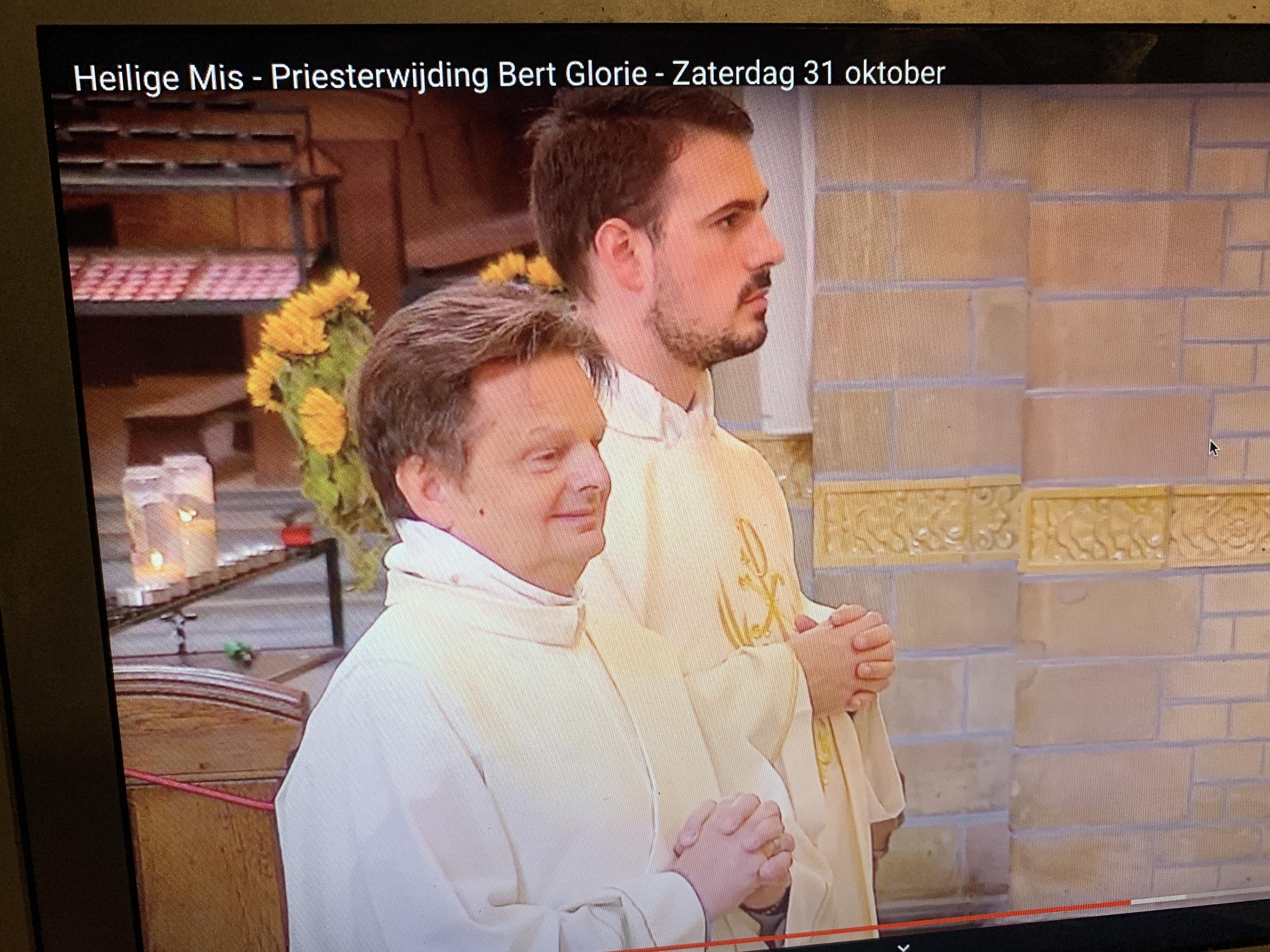 Parochianen van Sint Victor uit Obdam klappen vanuit de huiskamer mee voor 'hun' Bert Glorie, als hij in Haarlem tot priester gewijd wordt