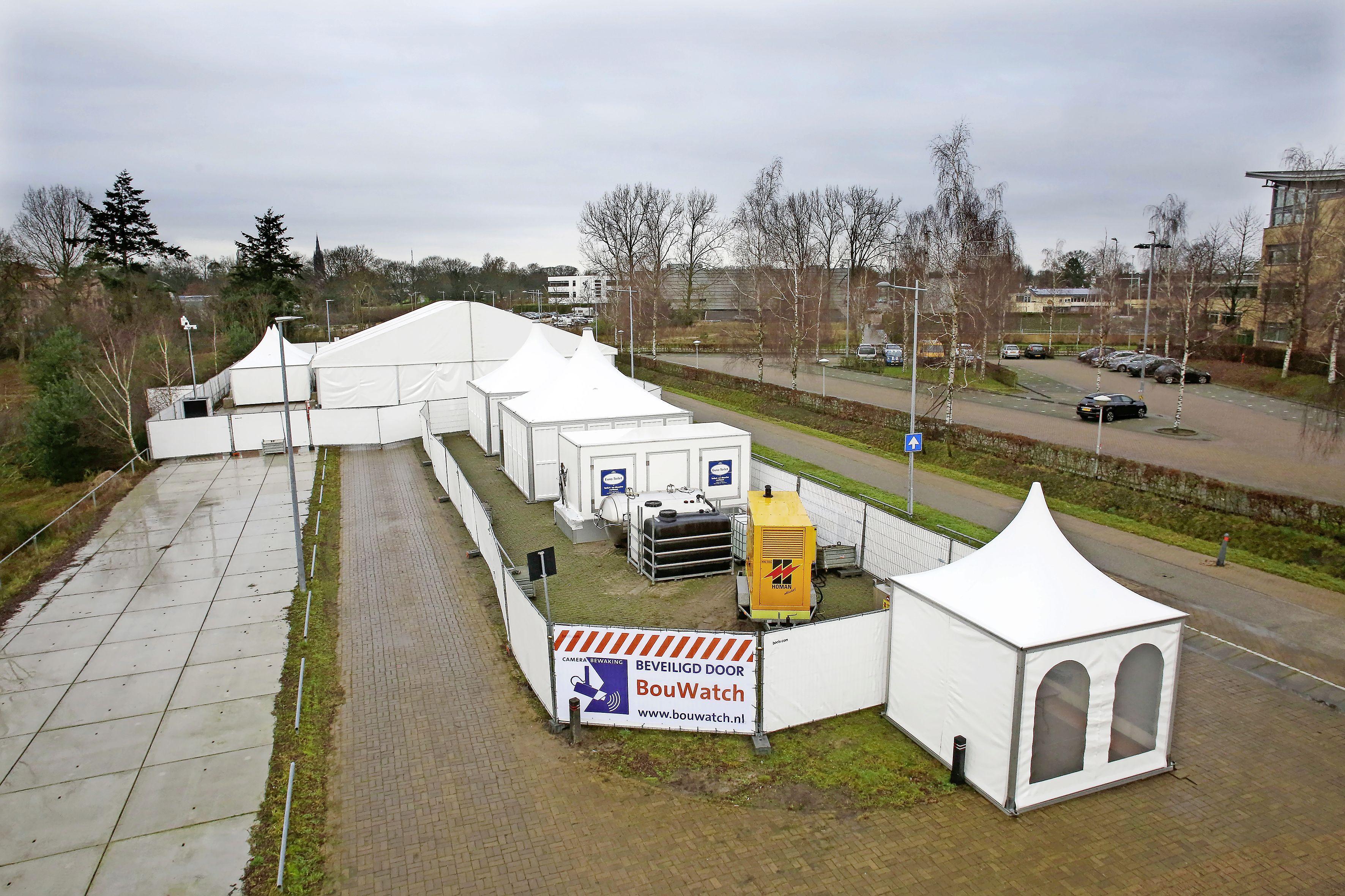 Coronateststraat Hilversum dicht vanwege voorjaarsstorm, in Huizen wordt nog wel getest