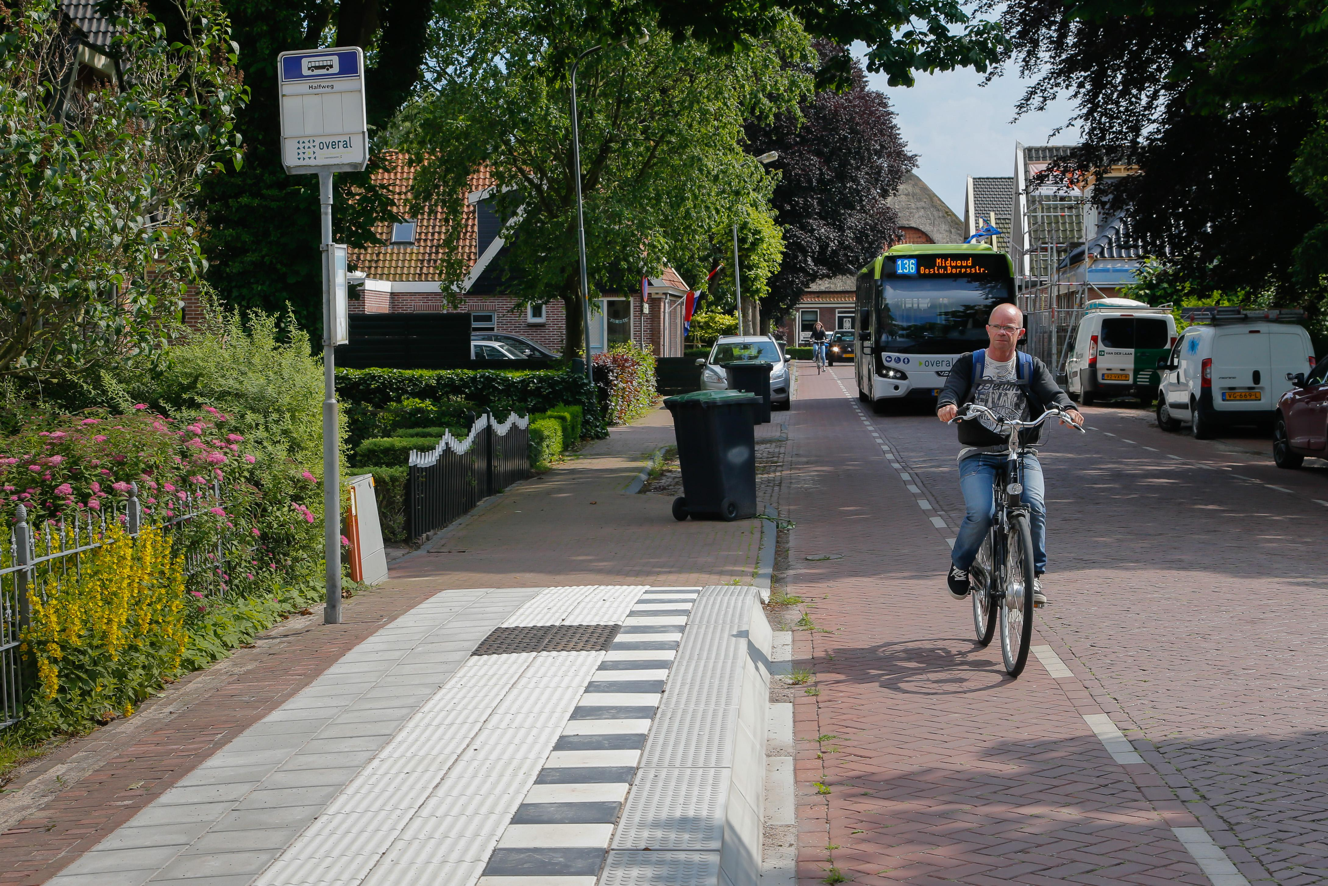 Mindervalide stapt in Medemblik makkelijker in en uit Connexxionbus