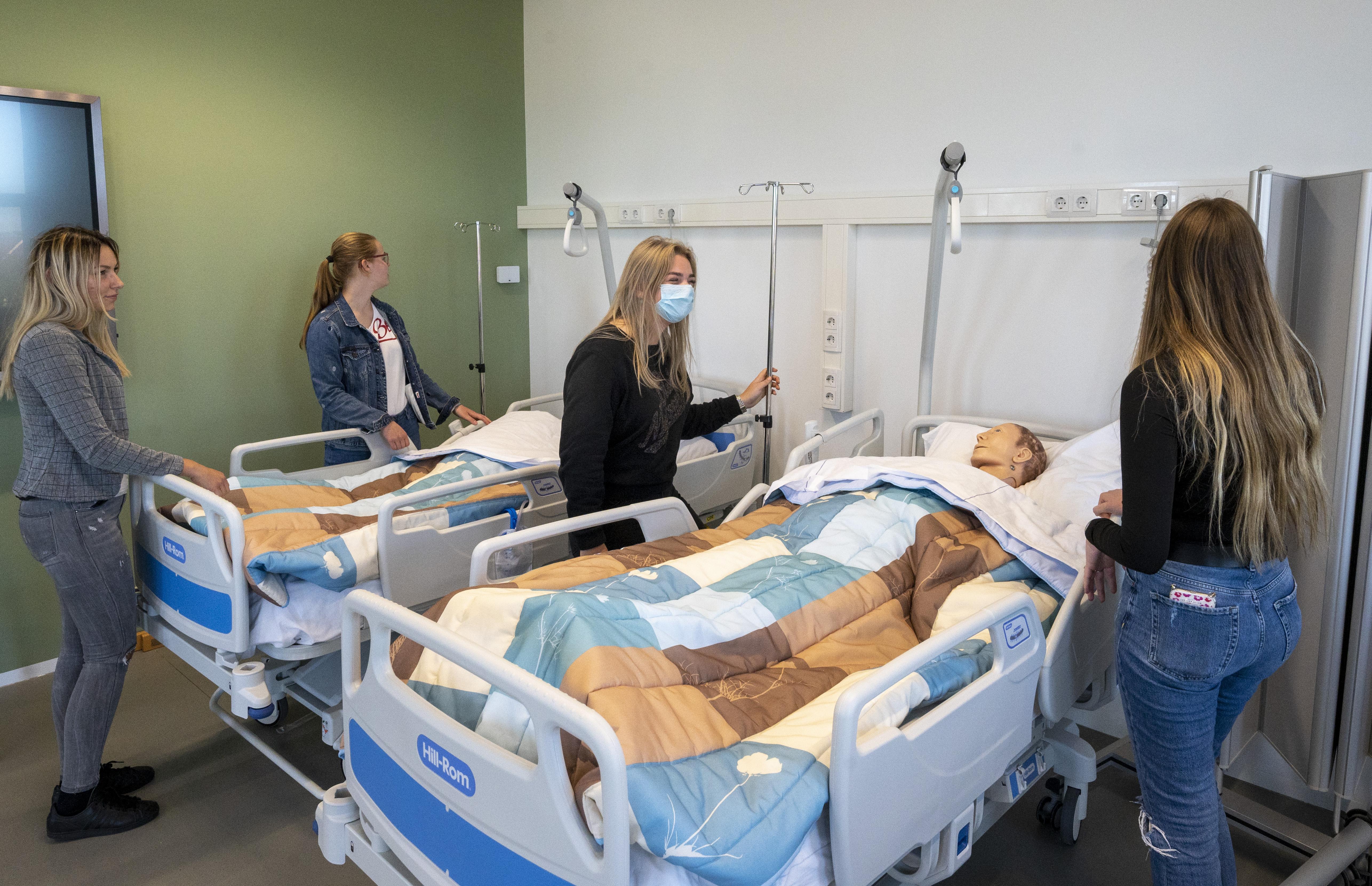 Klaslokalen in nieuwbouw Nova College Haarlem maken plaats voor bruispleinen en levensechte praktijkruimten