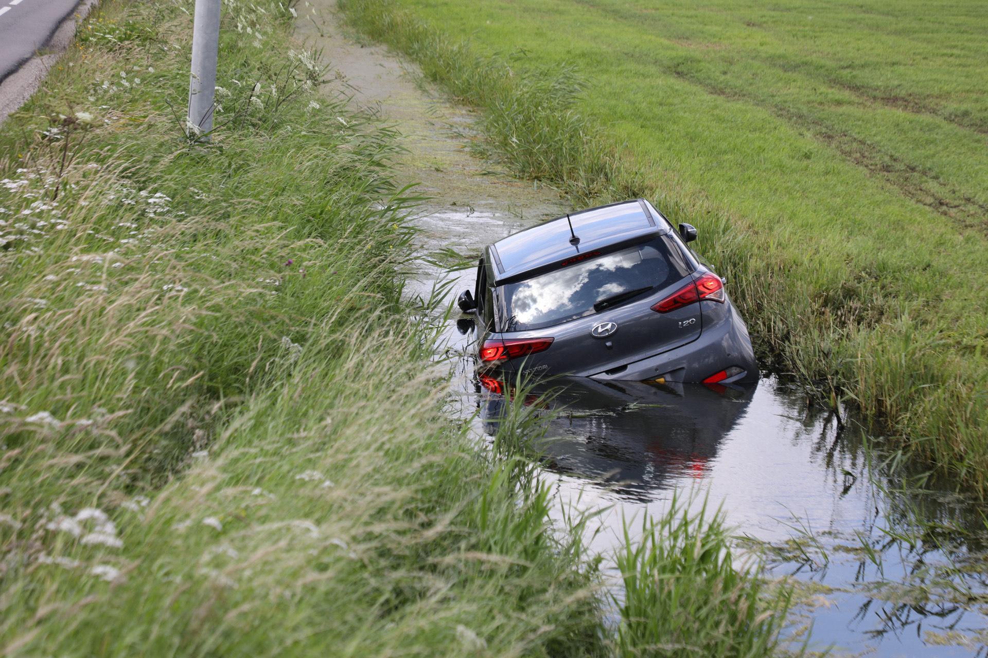Auto belandt in sloot langs Communicatieweg in Heemskerk