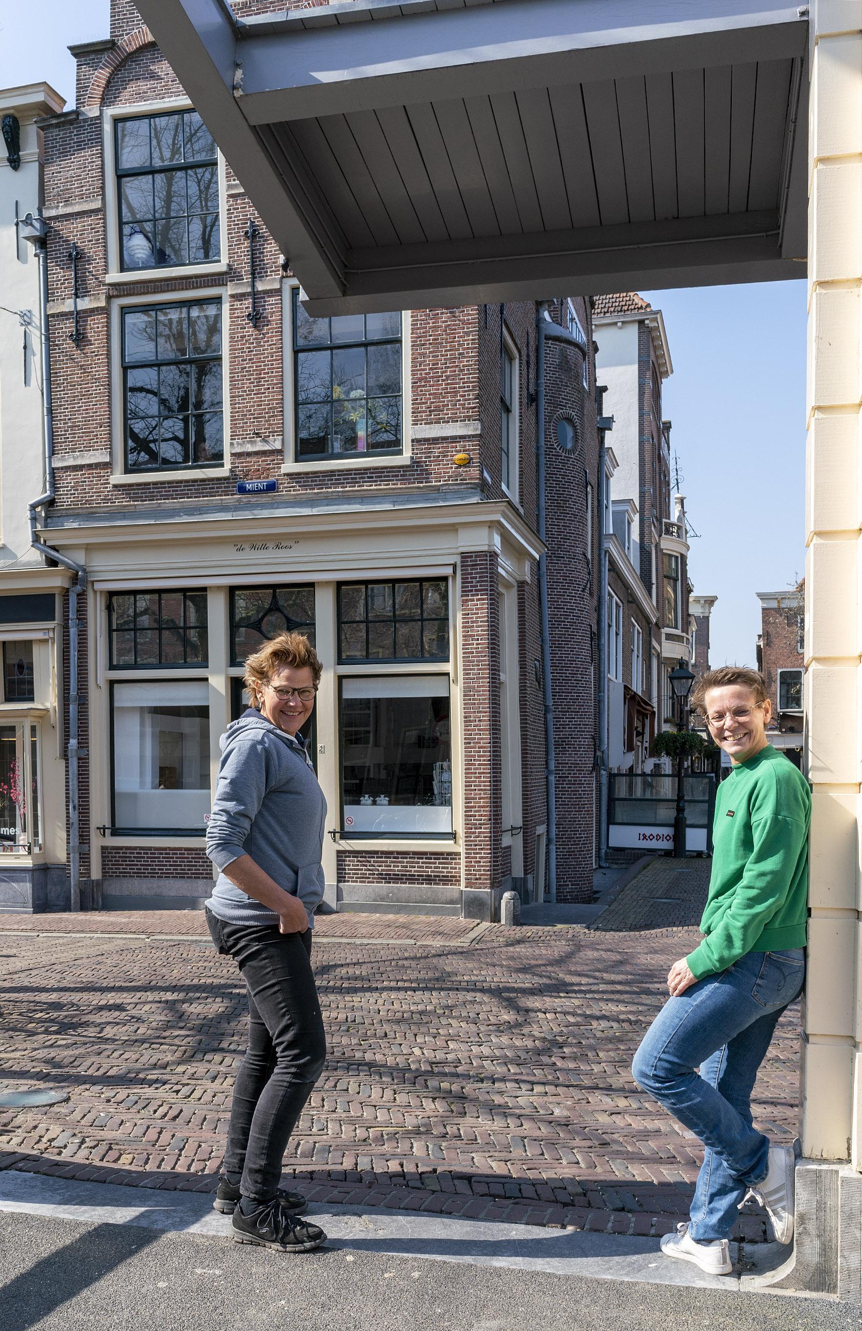 Souvenir- en bloembollenshop opent deuren in voormalige winkelpand van chocoladereus Dobla nabij Alkmaars Waagplein