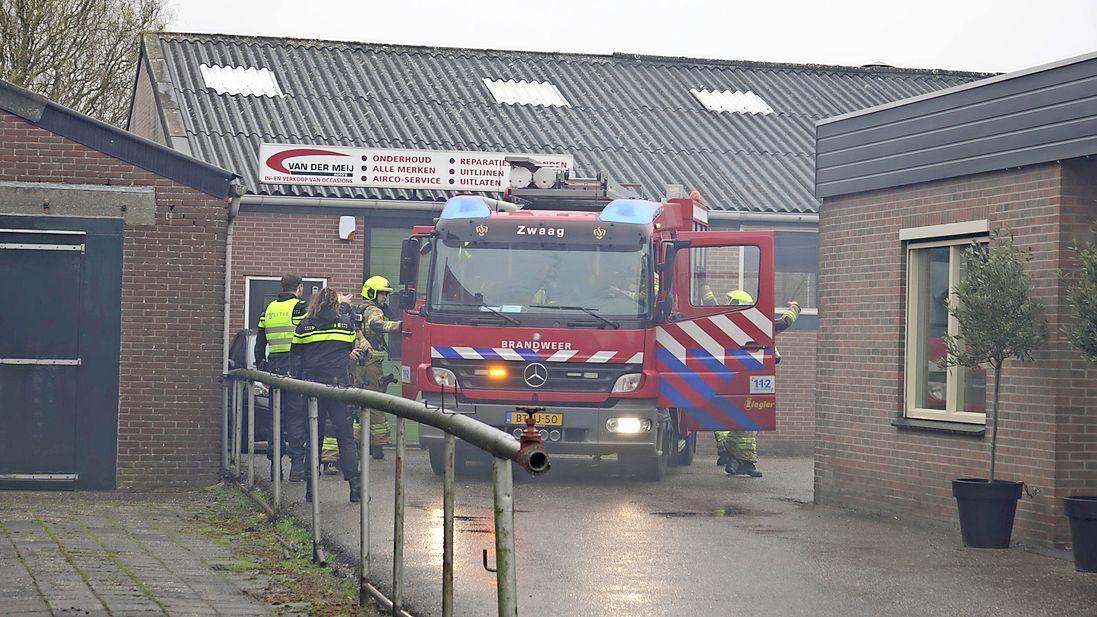 Auto geparkeerd bij autobedrijf in Zwaag vat vlam, voertuig valt echter niet meer te redden