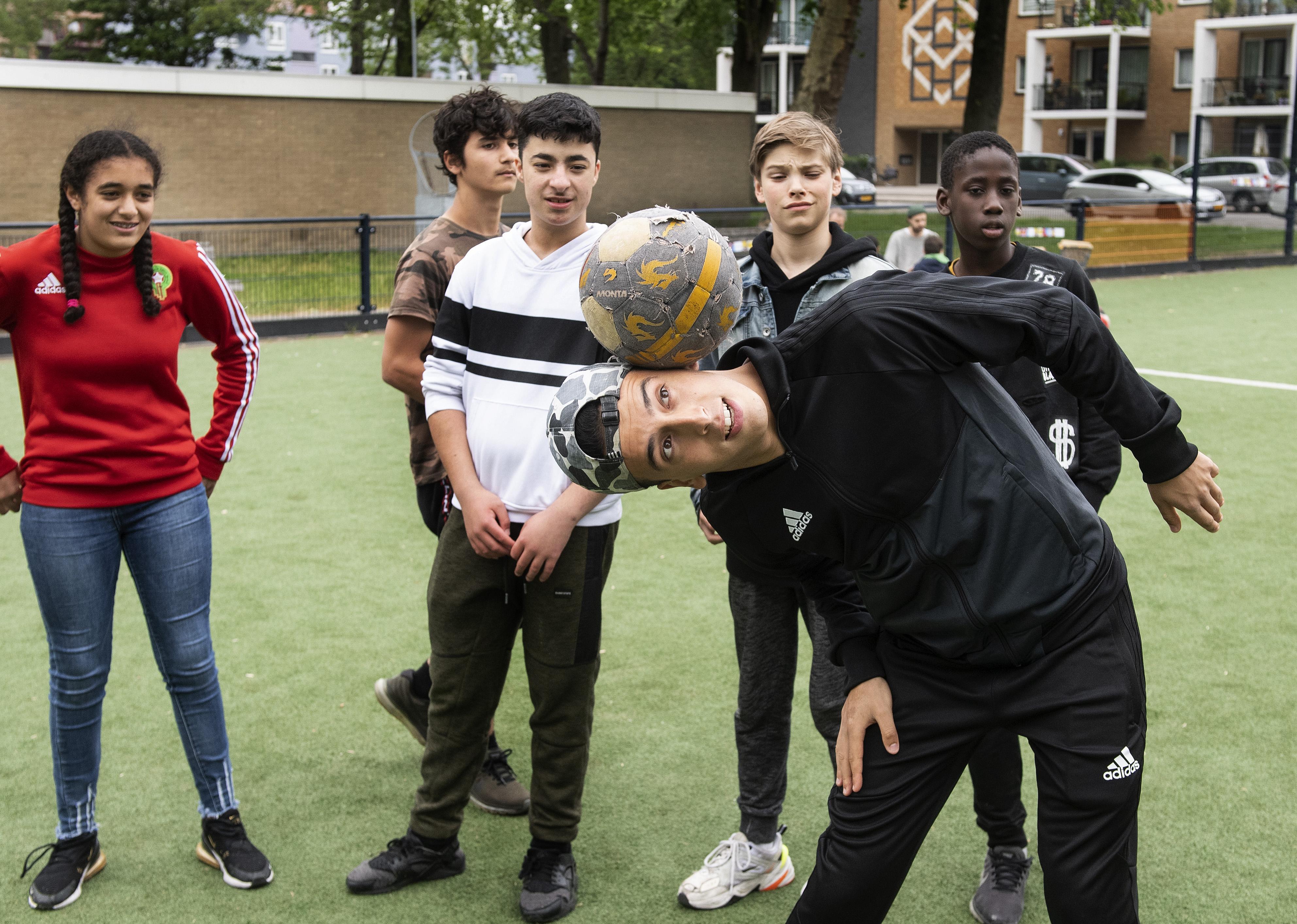 En hup, door de benen: straatvoetballer Nasser el Jackson komt jeugd uit de Noordkop leren hoe je iemand het snelst een panna geeft