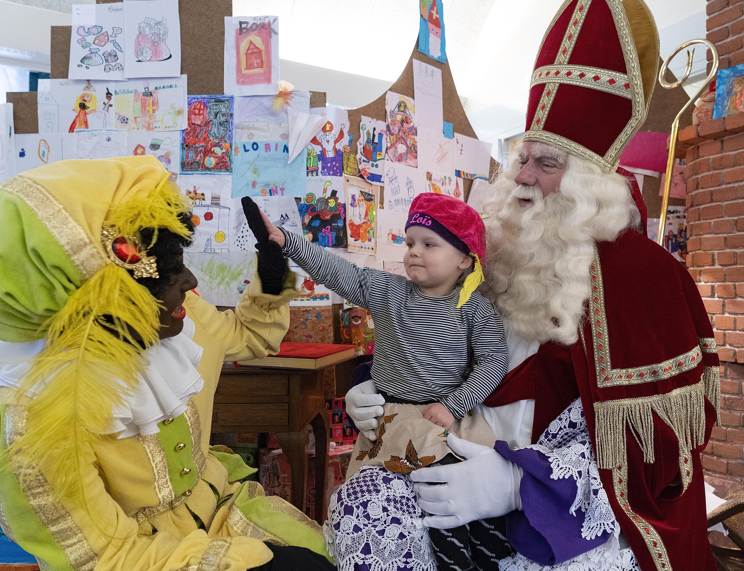 Hij komt, hij komt! Sint maakt dit jaar extra kilometers in de gemeente Bergen. Organisaties willen uiterlijk van piet aanpassen. 'Dat betekent niet dat er straks helemaal geen zwarte pieten meer zijn'