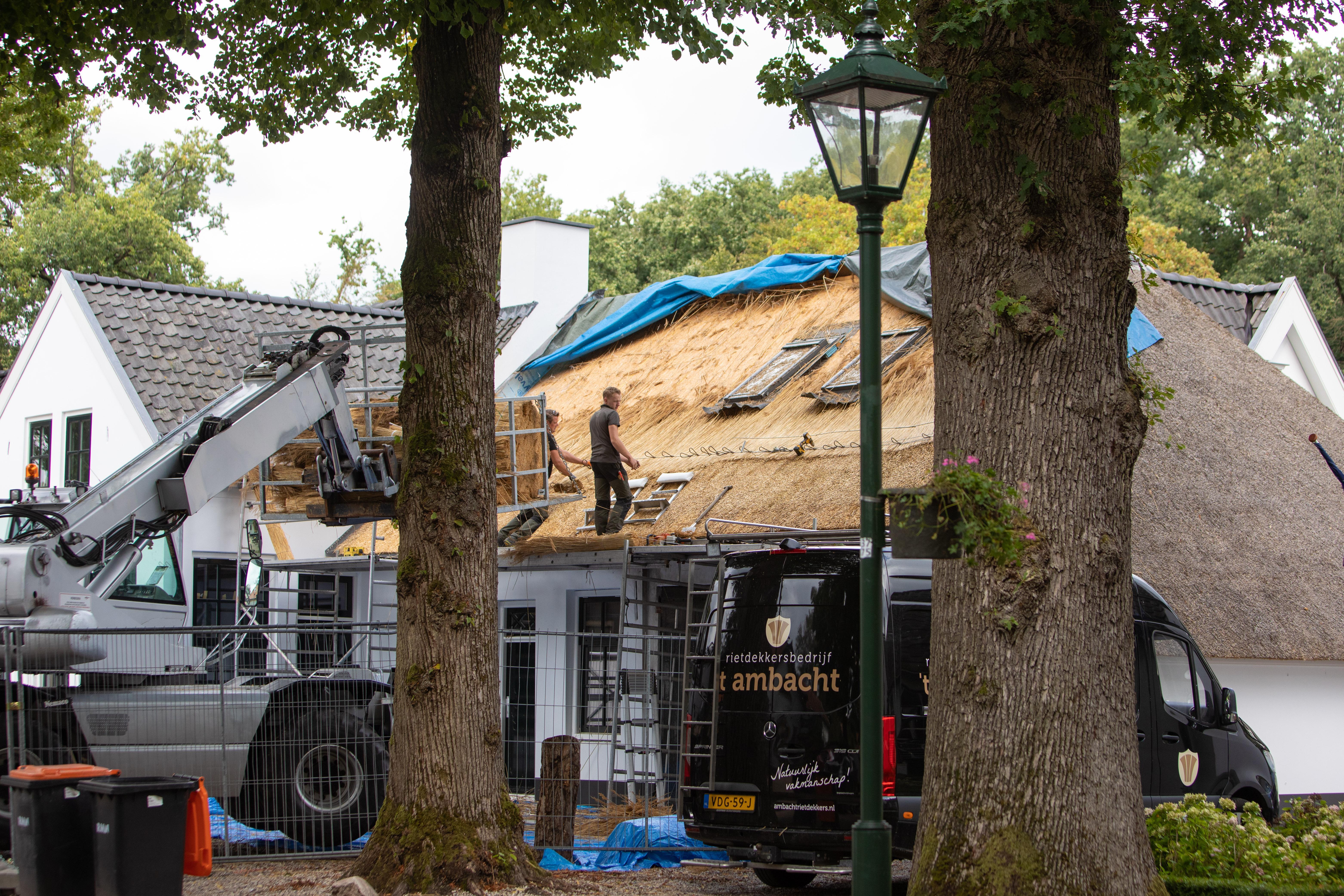 Rieten dak van de Oude Smidse in Lage Vuursche wordt aan voorkant helemaal vernieuwd; 'Anders krijg je kleurverschil, dat is geen gezicht'