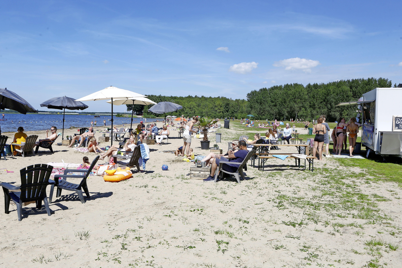 Camera's, verblijfsverbod en een waakzame toiletjuffrouw; Blaricum haalt alles uit de kast om het strand leuk te houden