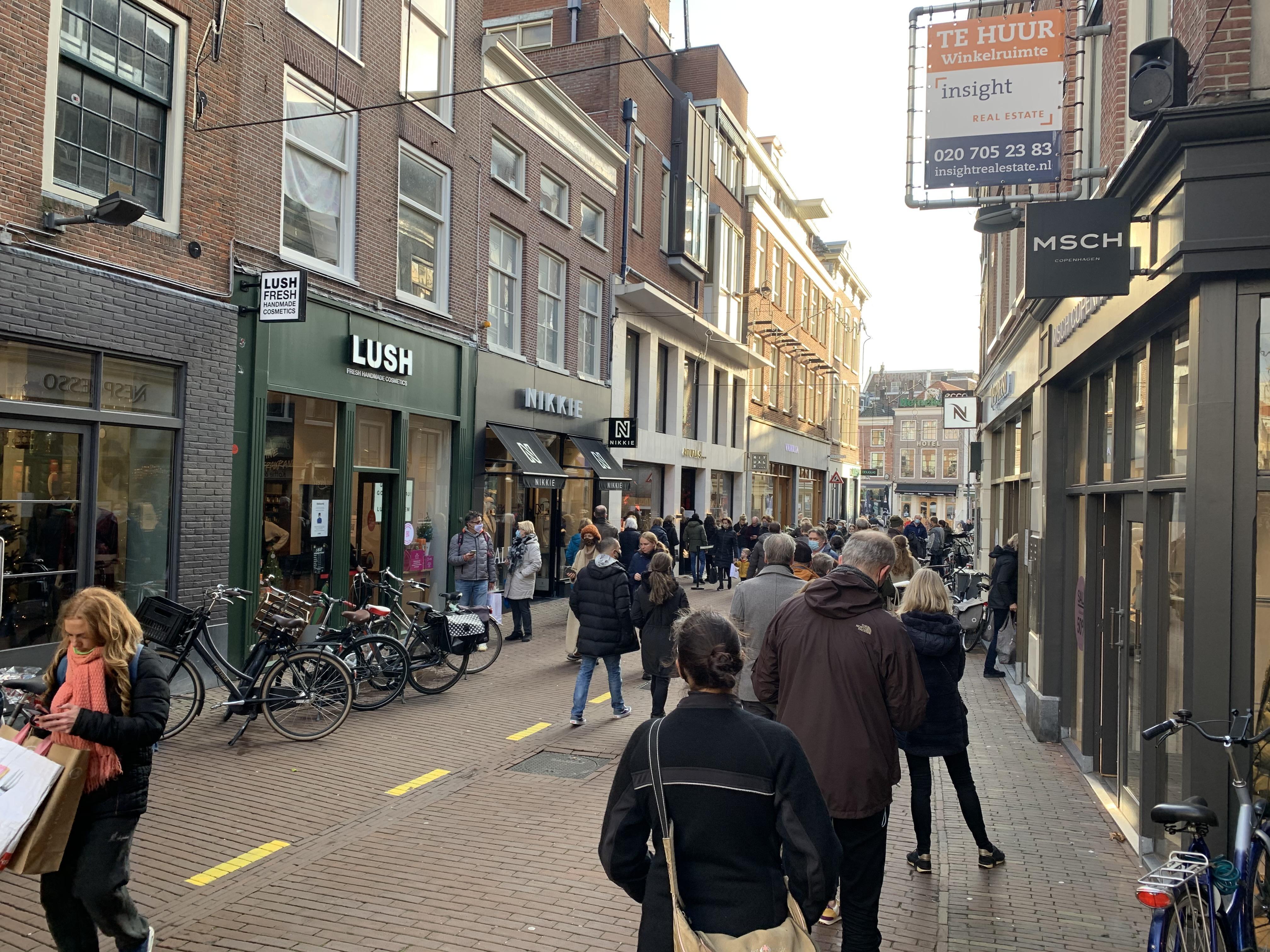 Rijen voor de winkels in Haarlem: 'Ik sta hier met een dubbel gevoel'