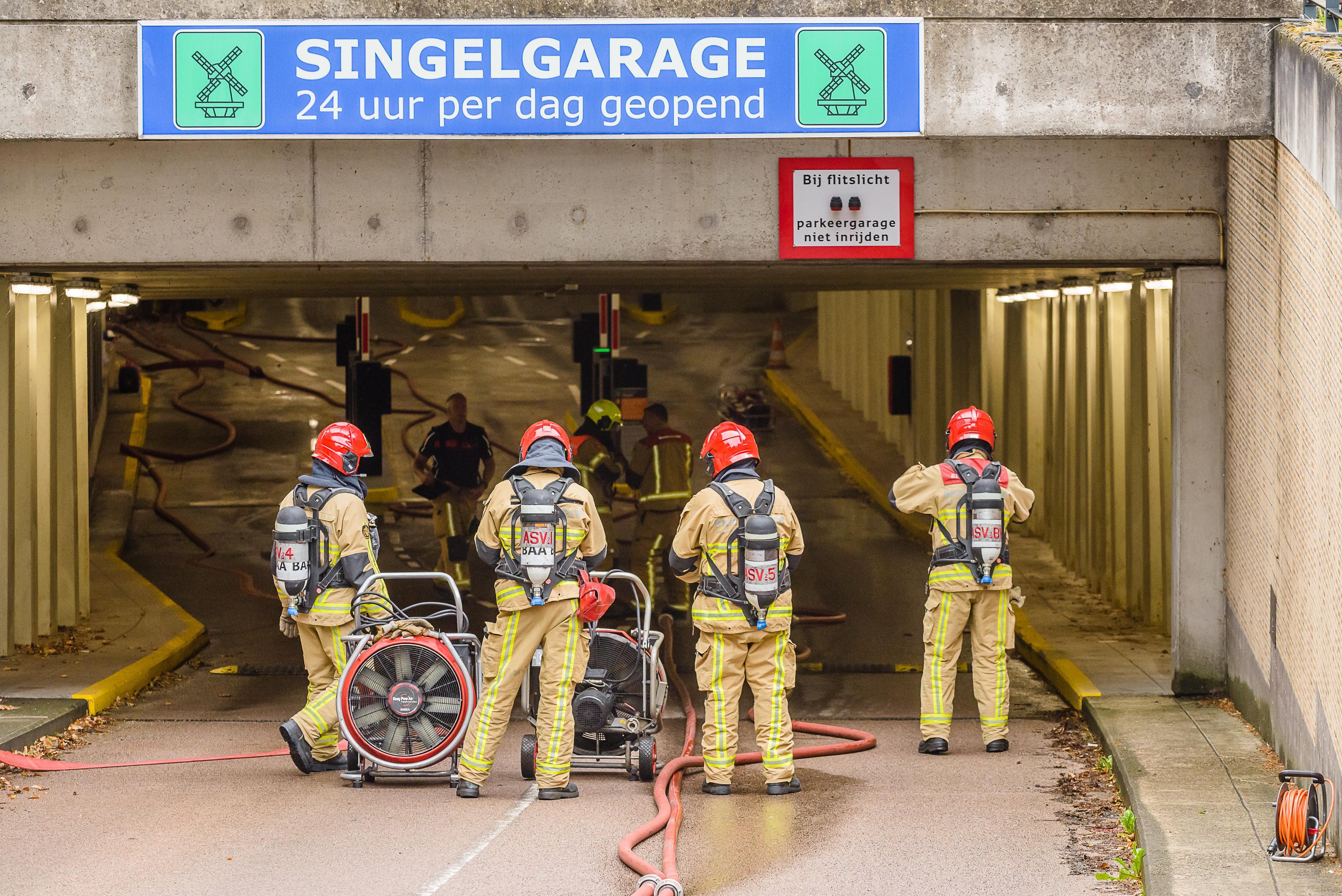 Elektrische auto's verbannen uit parkeergarages is het overwegen waard, stelt Brandweer Nederland