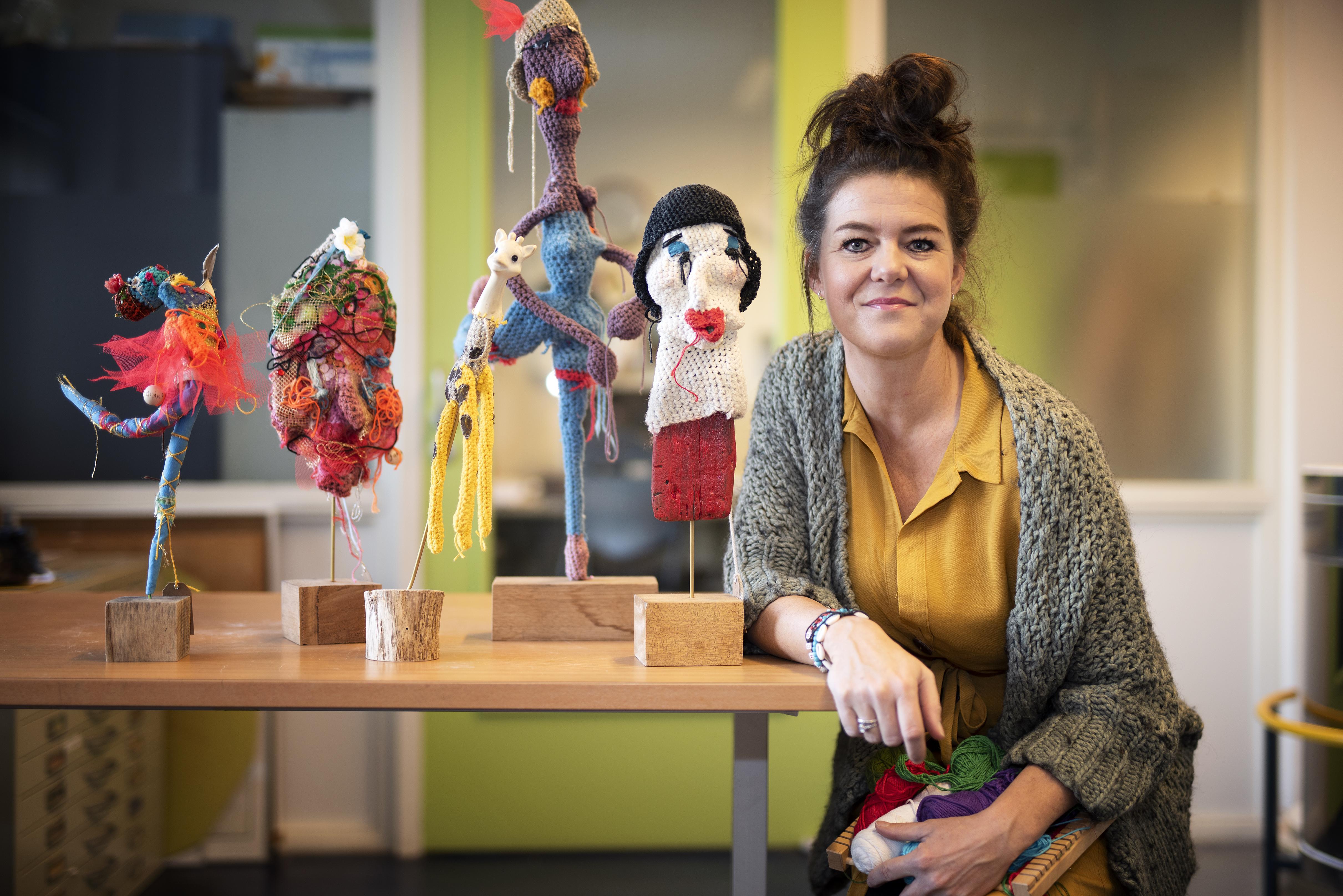 Kunstenares Janine Schrama maakt kleurige award voor IJmonder van het Jaar 2019