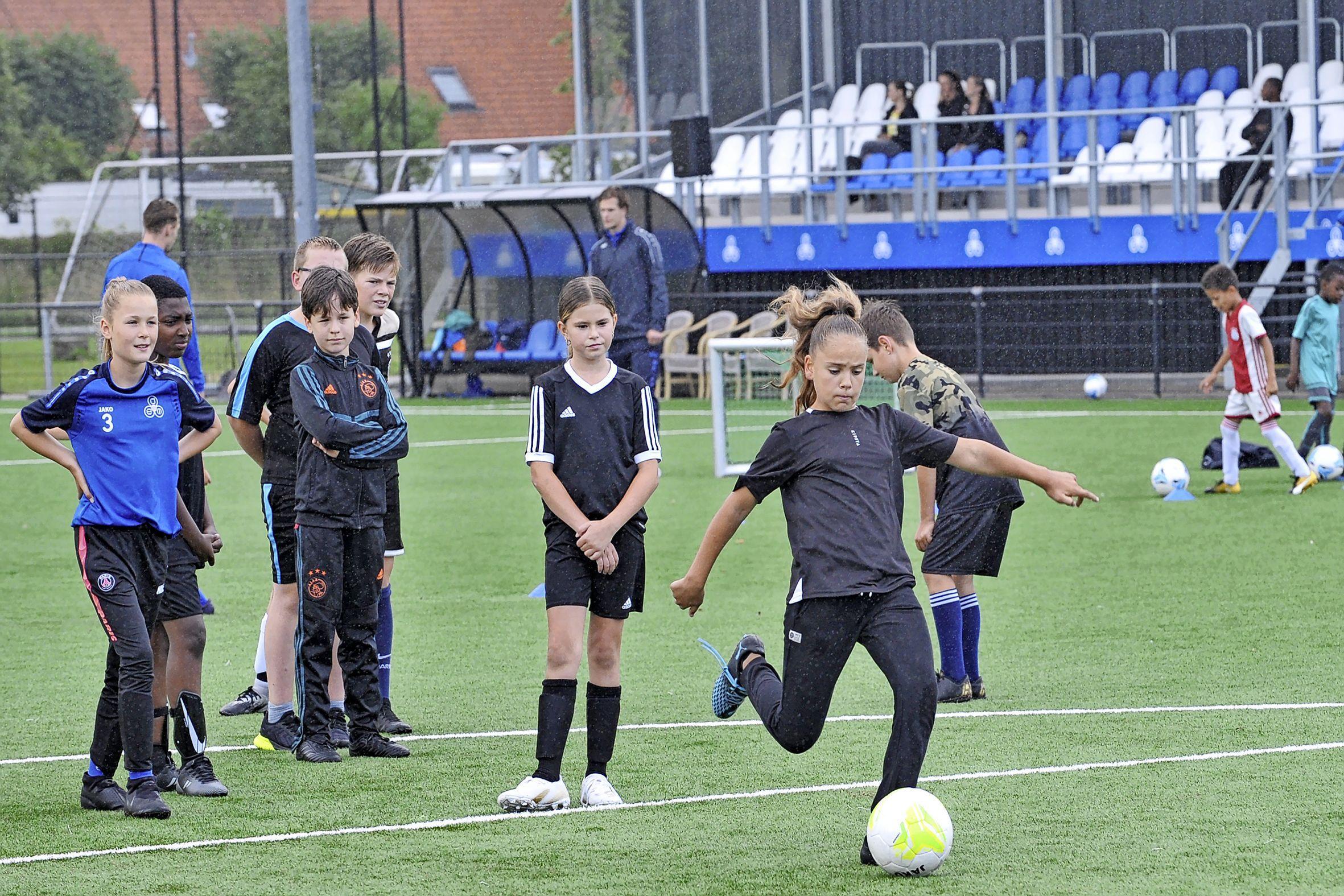 Ilayda (10) is op missie tijdens de open dag van voetbalvereniging DEM: 'Ik wil net zo goed worden als Lieke Martens'
