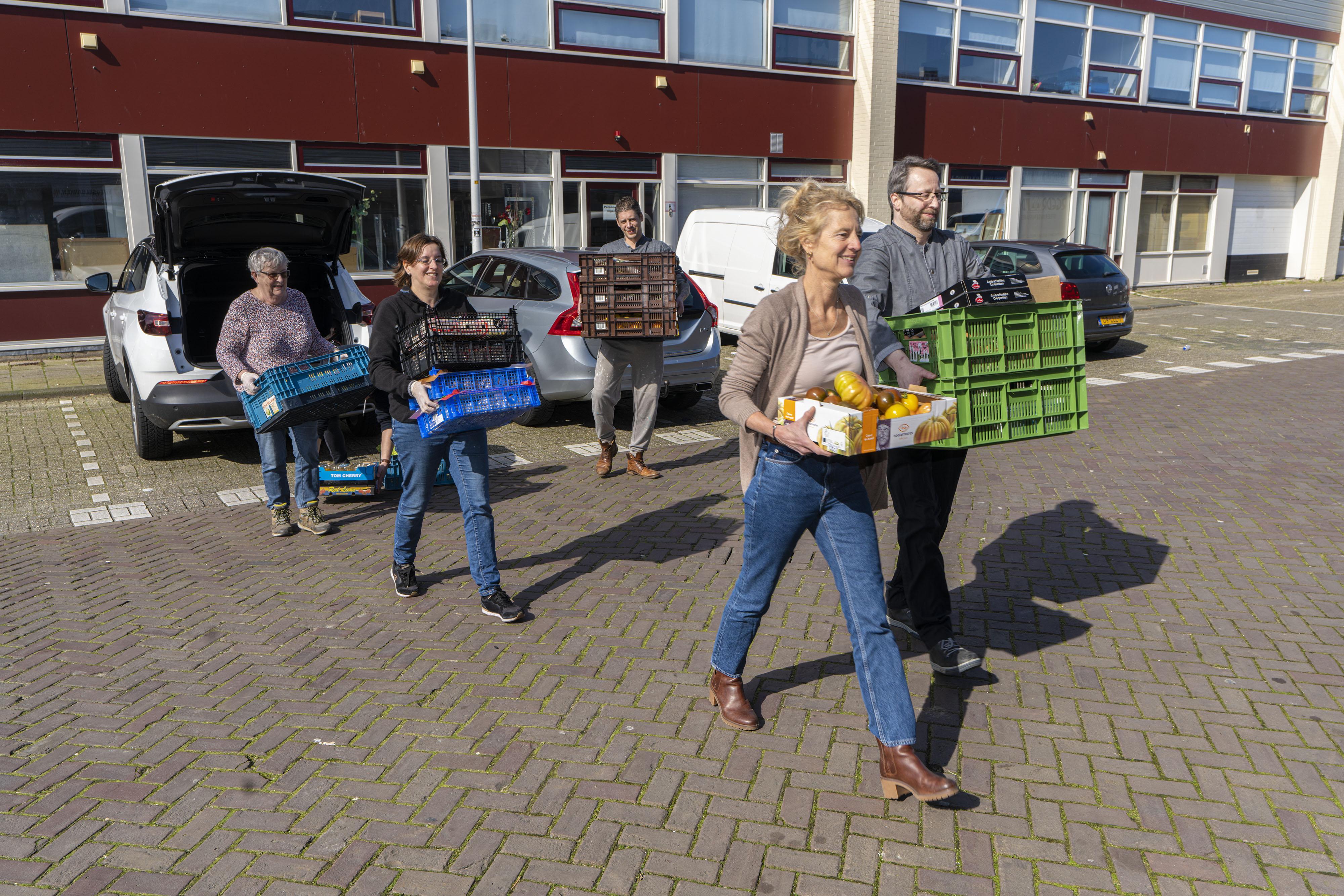 Gratis kookboek voor klanten Voedselbank dinsdag gepresenteerd in Leiden, Teylingen en Lisse