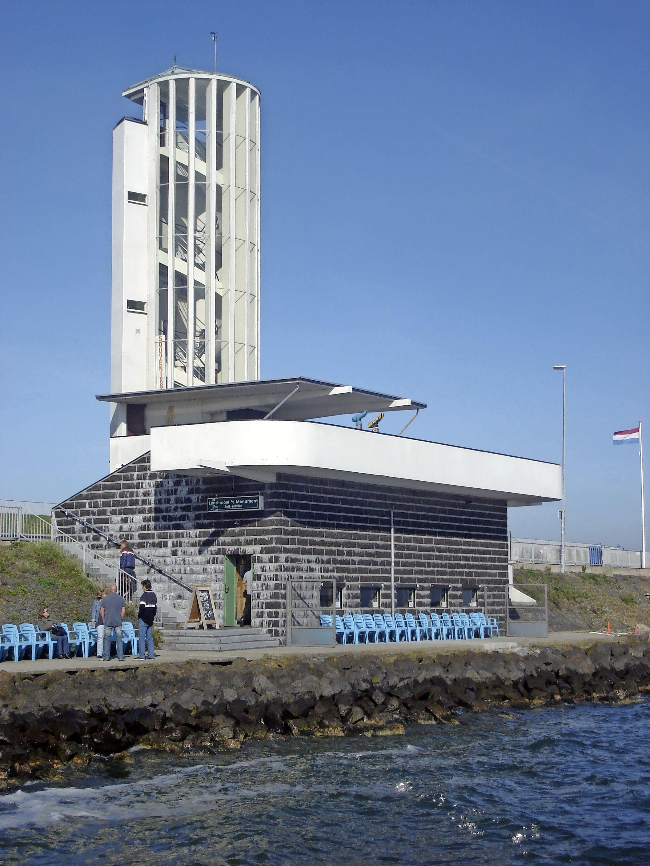 Open houden van de lunchroom op de Afsluitdijk zou voor gids Marion Baumgarten een 'icing op de cake' zijn in dit rampjaar. Maar Rijkswaterstaat ziet er niets in. 'Het voldoet niet meer aan de normen'