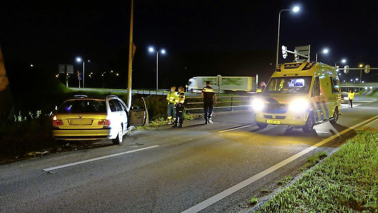 Auto raakt in de slip en klapt op lantaarnpaal in Scharwoude, bestuurder gewond