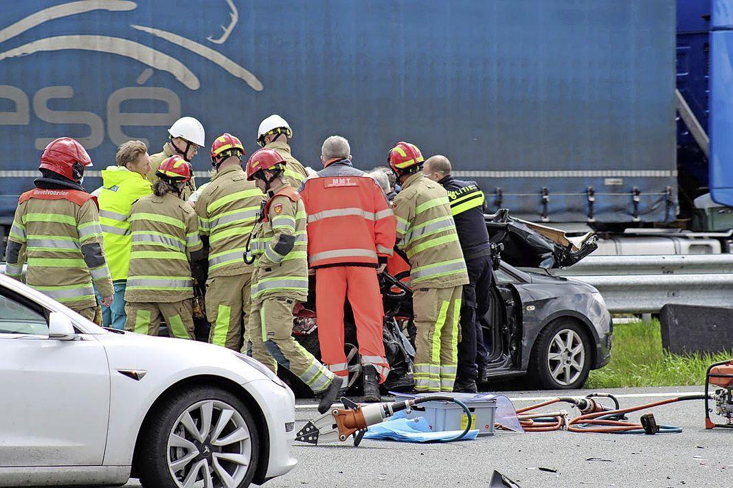 File op de A6 bij Naarden door ernstig ongeval; traumahelikopter landt op de snelweg