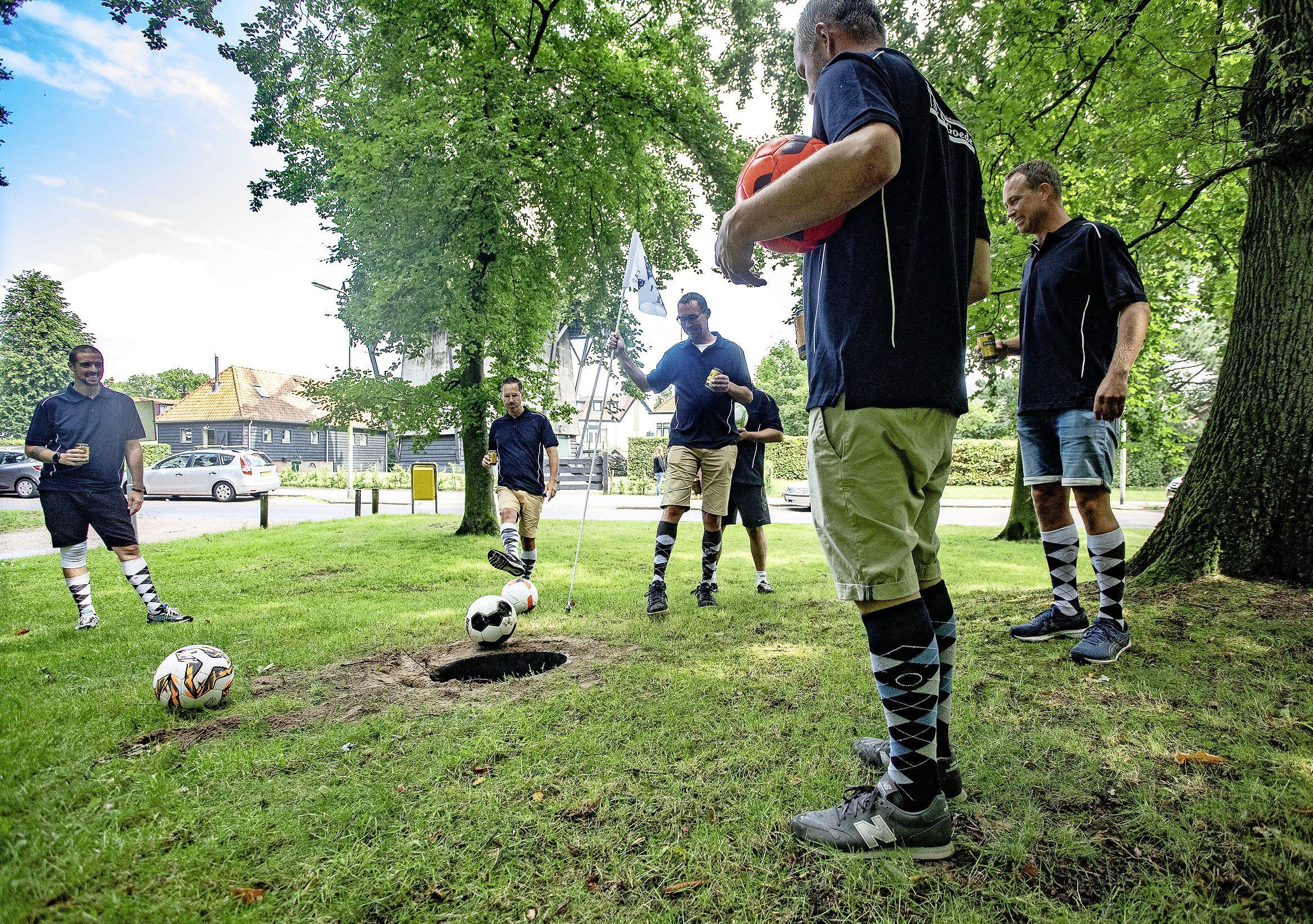 Footgolf is zo'n beetje de enige activiteit dit Dorpsfeest Santpoort. Maar met volop lol, van ballenpomp naar bierpomp