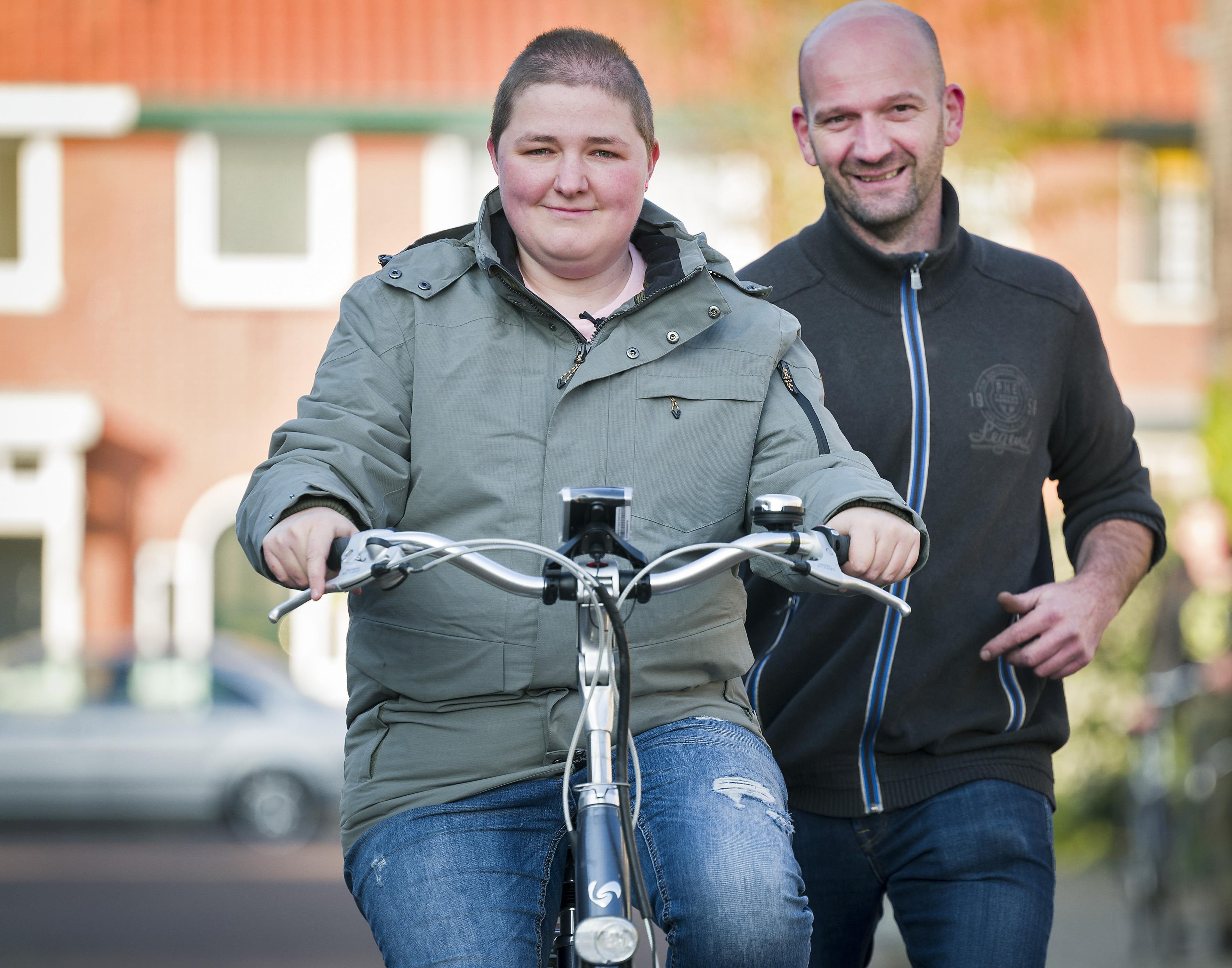 Bestolen krantenbezorgster Nicolette dolblij met nieuwe fiets
