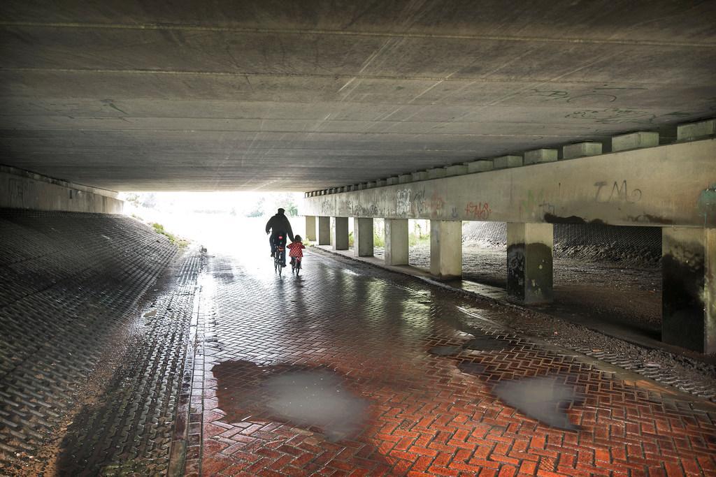 Drainage bij gladde weg tunneltje Velserbroek