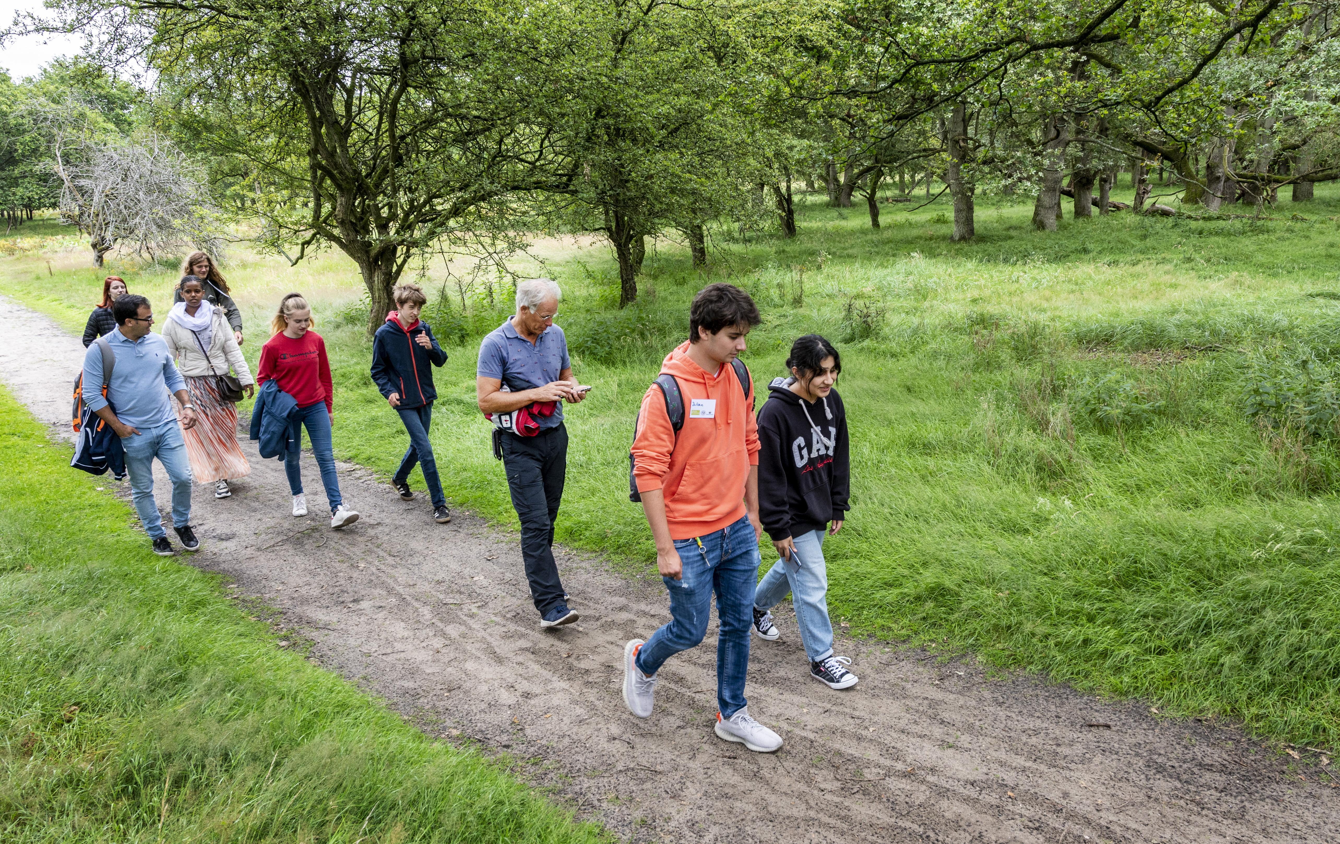 Jonge statushouders leren op zomerschool in Bloemendaal het verschil tussen 'lachen en laggen': 'Geboren' is het mooiste woord in het Nederlands