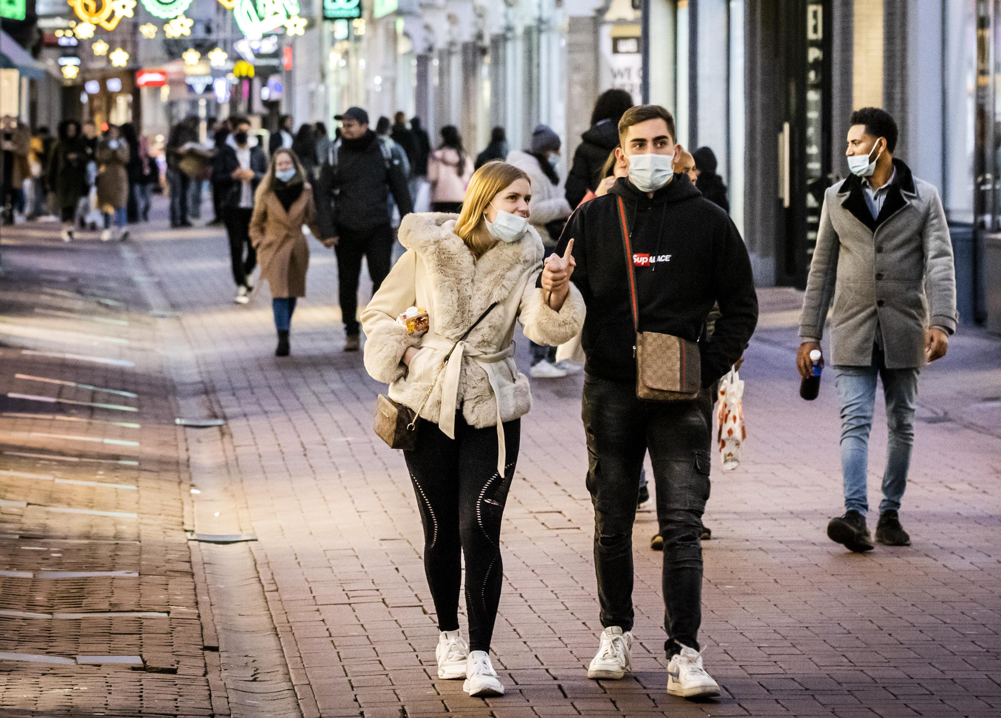 Optimisme na coronavaccins en inzet op massaal testen: 'Nederland laat coronacrisis sneller achter zich dan gedacht'