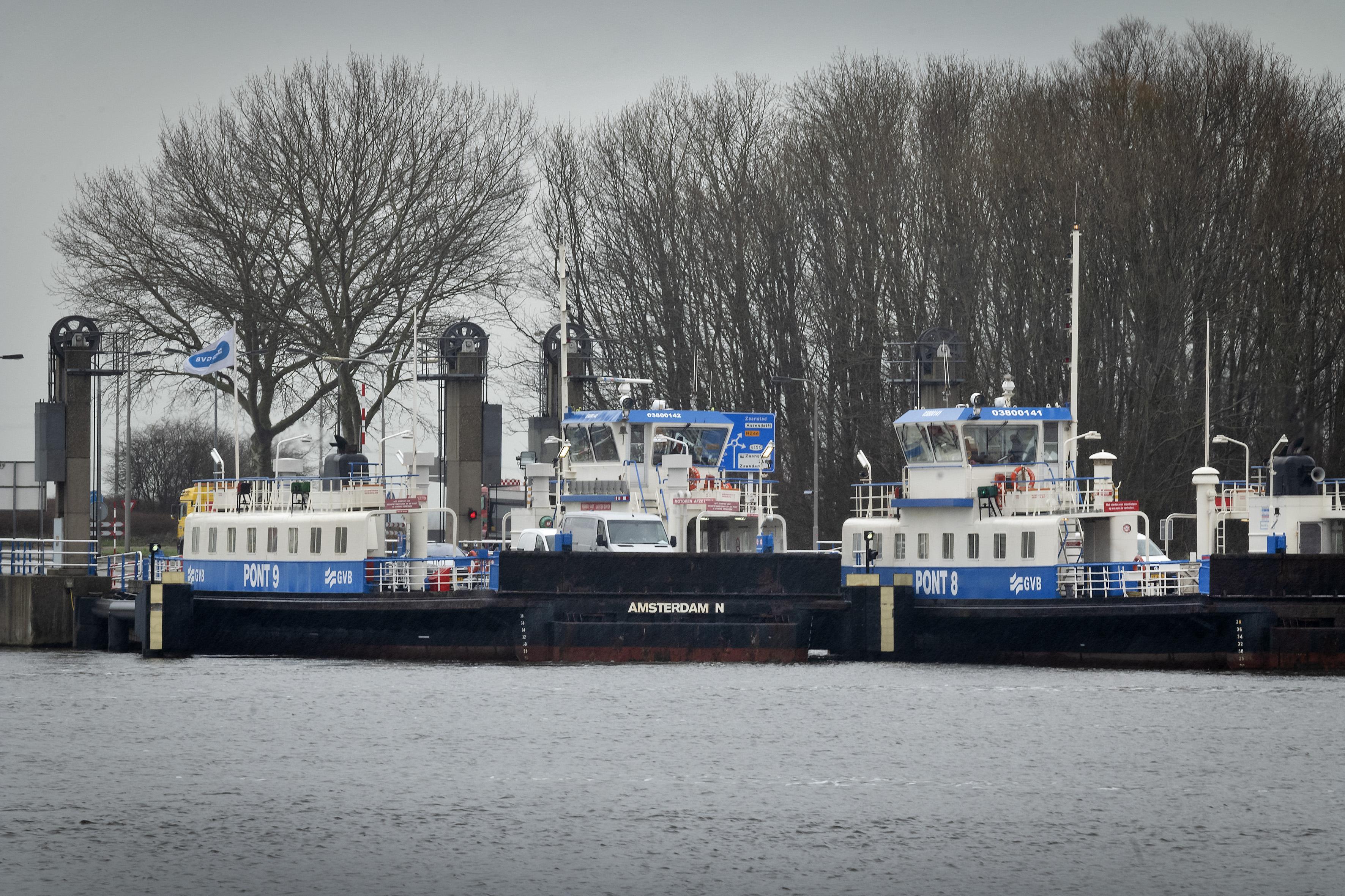 Oude Noorzeekanaalponten steunen en kraken. Vorige week was het een week lang raak in Buitenhuizen. GVB: 'We moeten roeien met de riemen die we hebben'