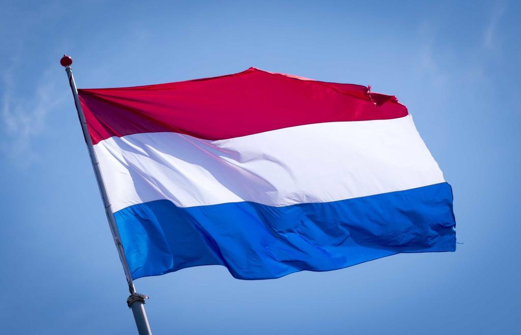 Nederlandse vlag wordt gehesen in de raadszaal van Castricum