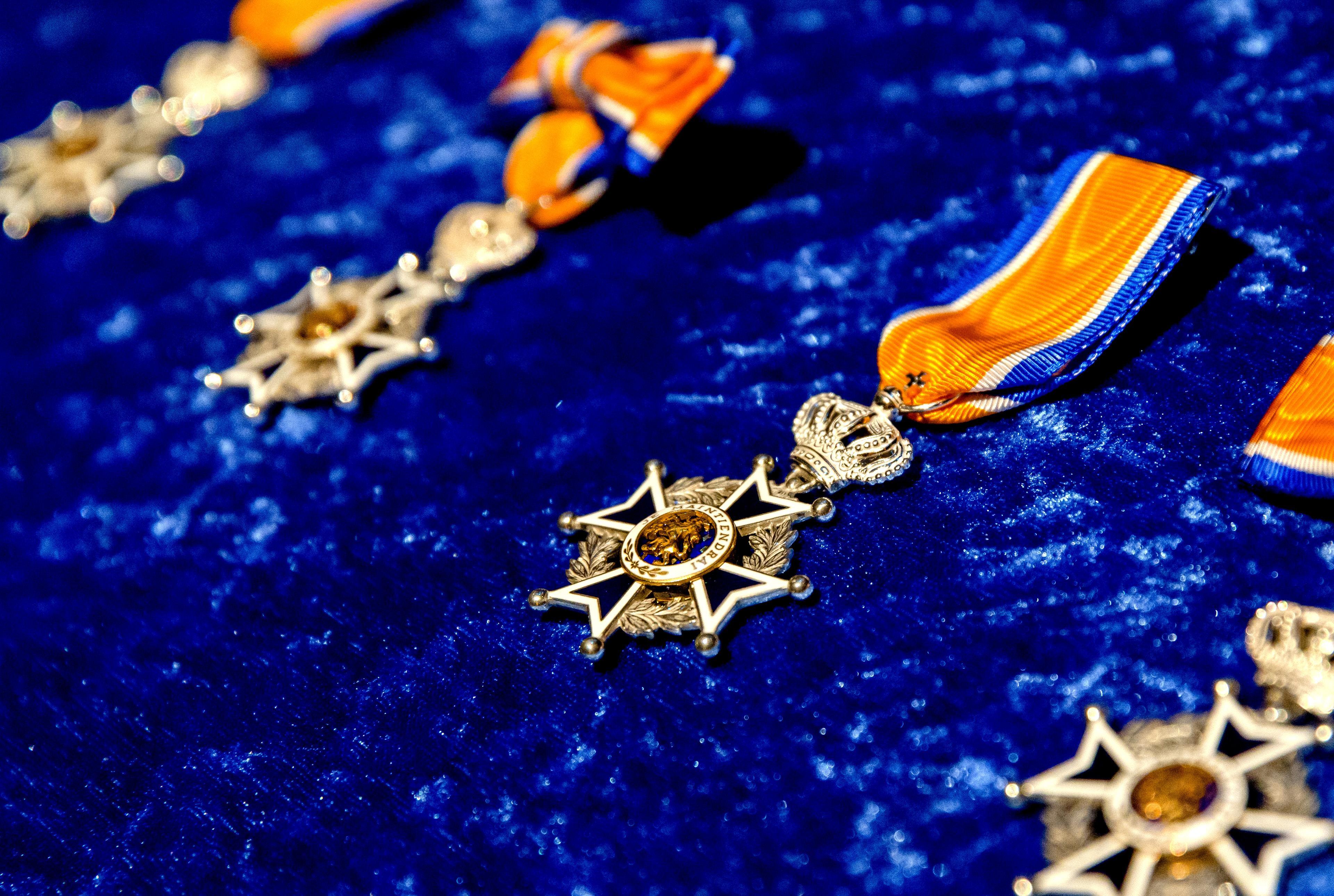 Velsen reikt twee jeugdlintjes en vijf maal Lid in de orde van Oranje Nassau uit