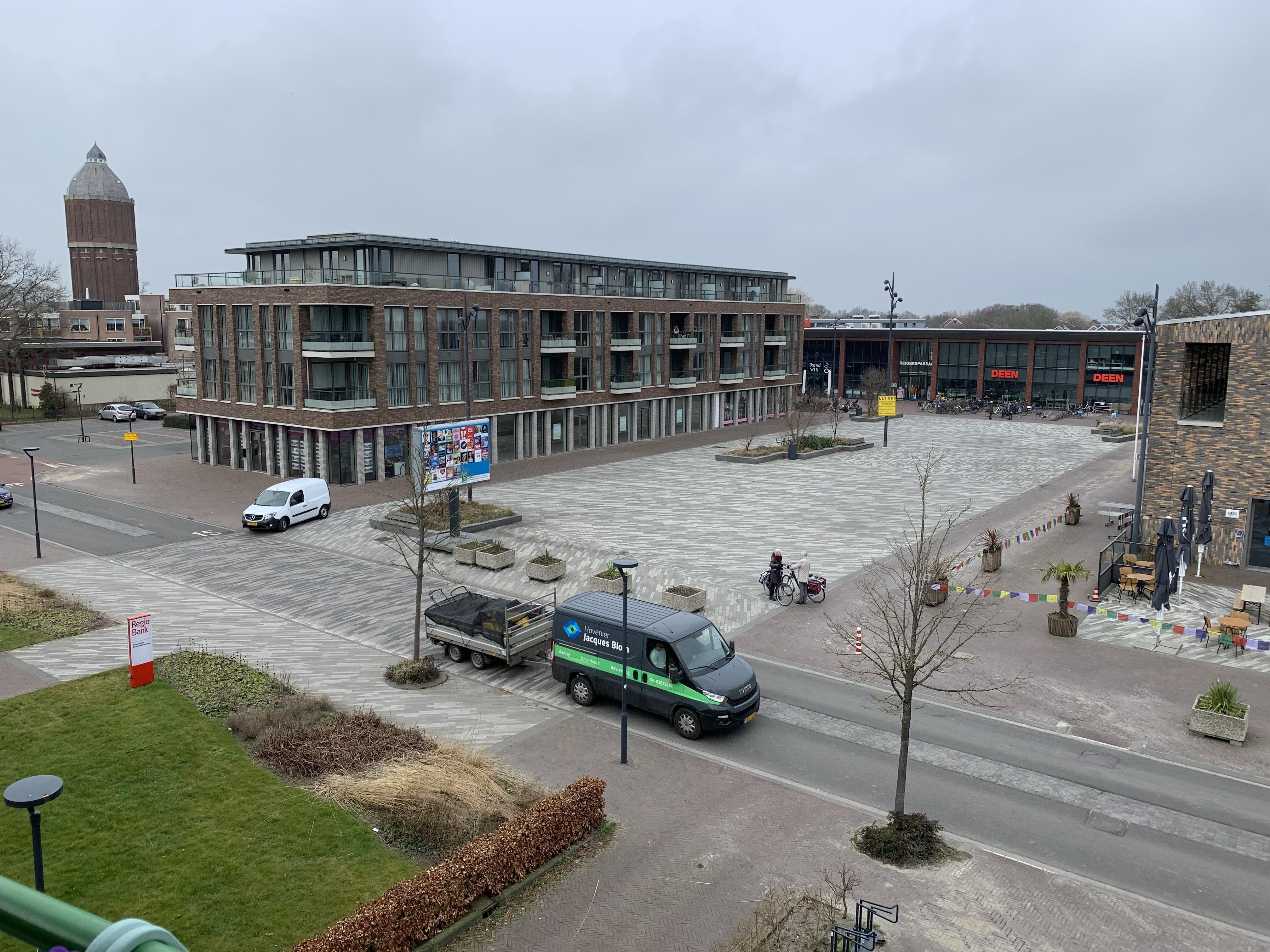 Politiek schrikt van prijs vijf nieuwe bomen op plein Hoogkarspel: 'Een boom voor 7500 euro kan ik inwoners moeilijk uitleggen'