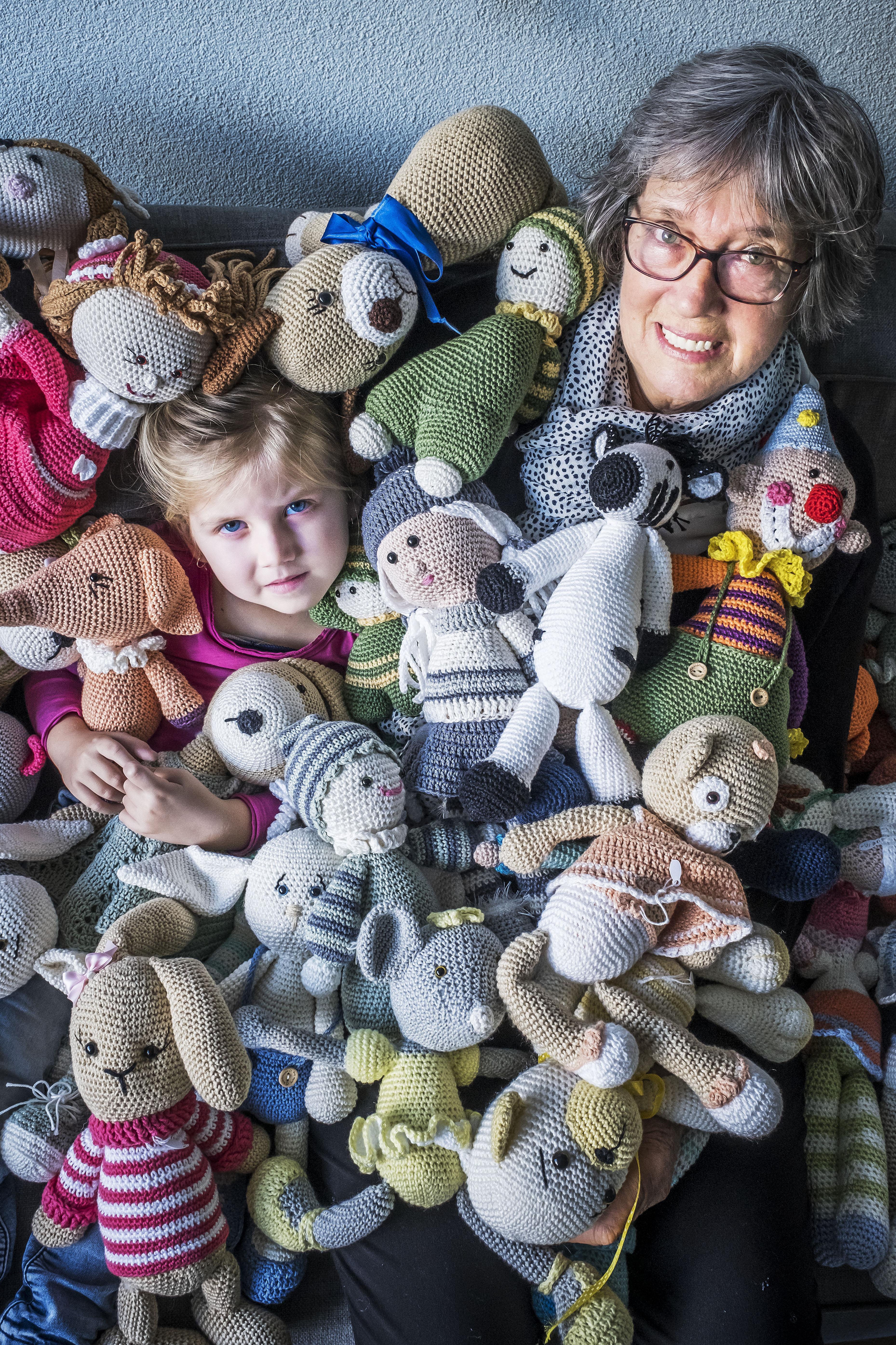Oma Ria Hof strijdt met haakpen en katoen tegen de 'vreselijke ziekten' waaraan haar kleinkind Dana lijdt