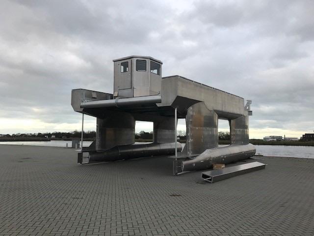 The Emperic gaat vanuit Kooyhaven naar testveld golfslaggenerator bij Texel
