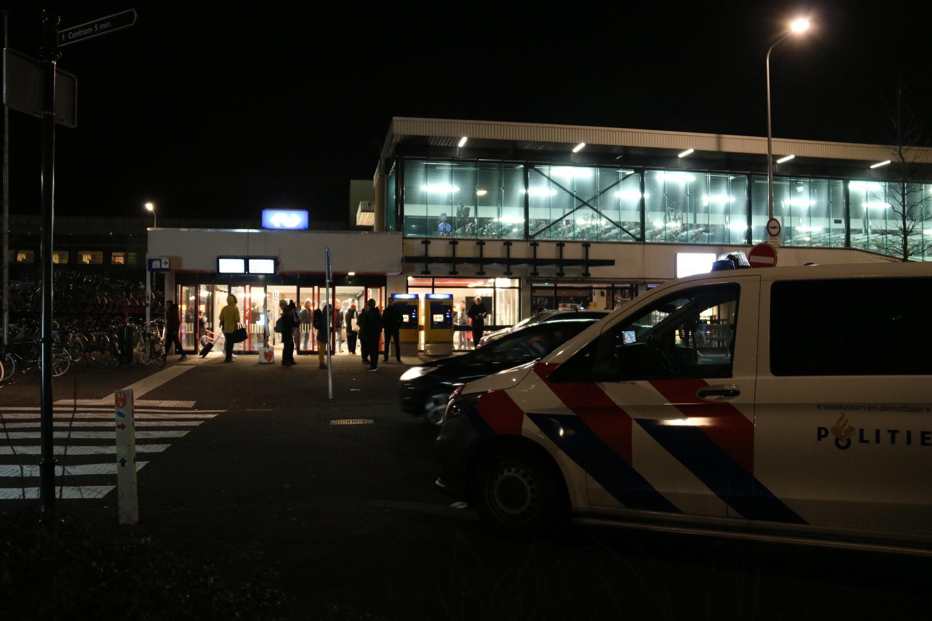 Grote politieactie op station Weesp vanwege bommelding, perron ontruimd