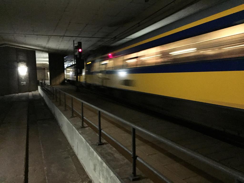 Defecte trein in Schipholtunnel, airco werkt niet; evacuatie van 250 reizigers
