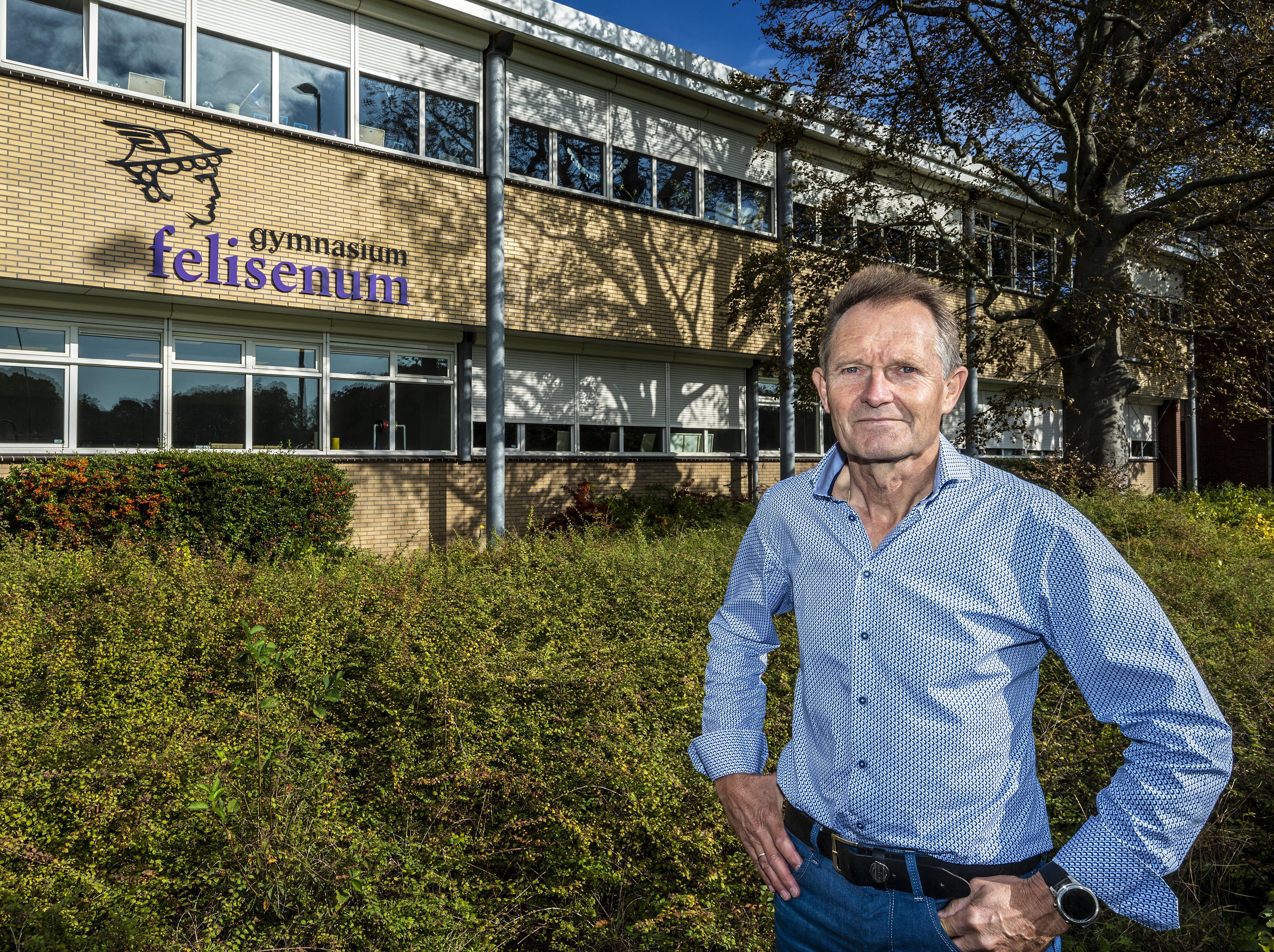 Gebouwenbeheerder en amanuensis Jan Steenhoek begon met het afbreken van het elitaire gedoe op het chique Gymnasium Felisenum in Velsen-Zuid. Hoe? Door koffie te drinken in de docentenkamer