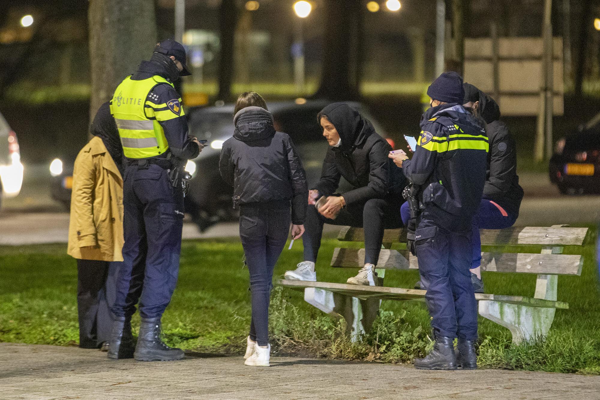 Weinig relschoppers, wel veel agenten op straat in Haarlem: strenge controles voorkomen onrust