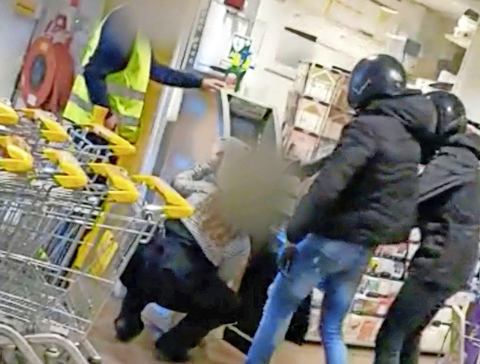 Buit ramkraak en overval op Jumbo-filialen bedraagt 7132 euro. Voorarrest van verdacht tienerduo uit Alkmaar tot minimaal eind mei verlengd