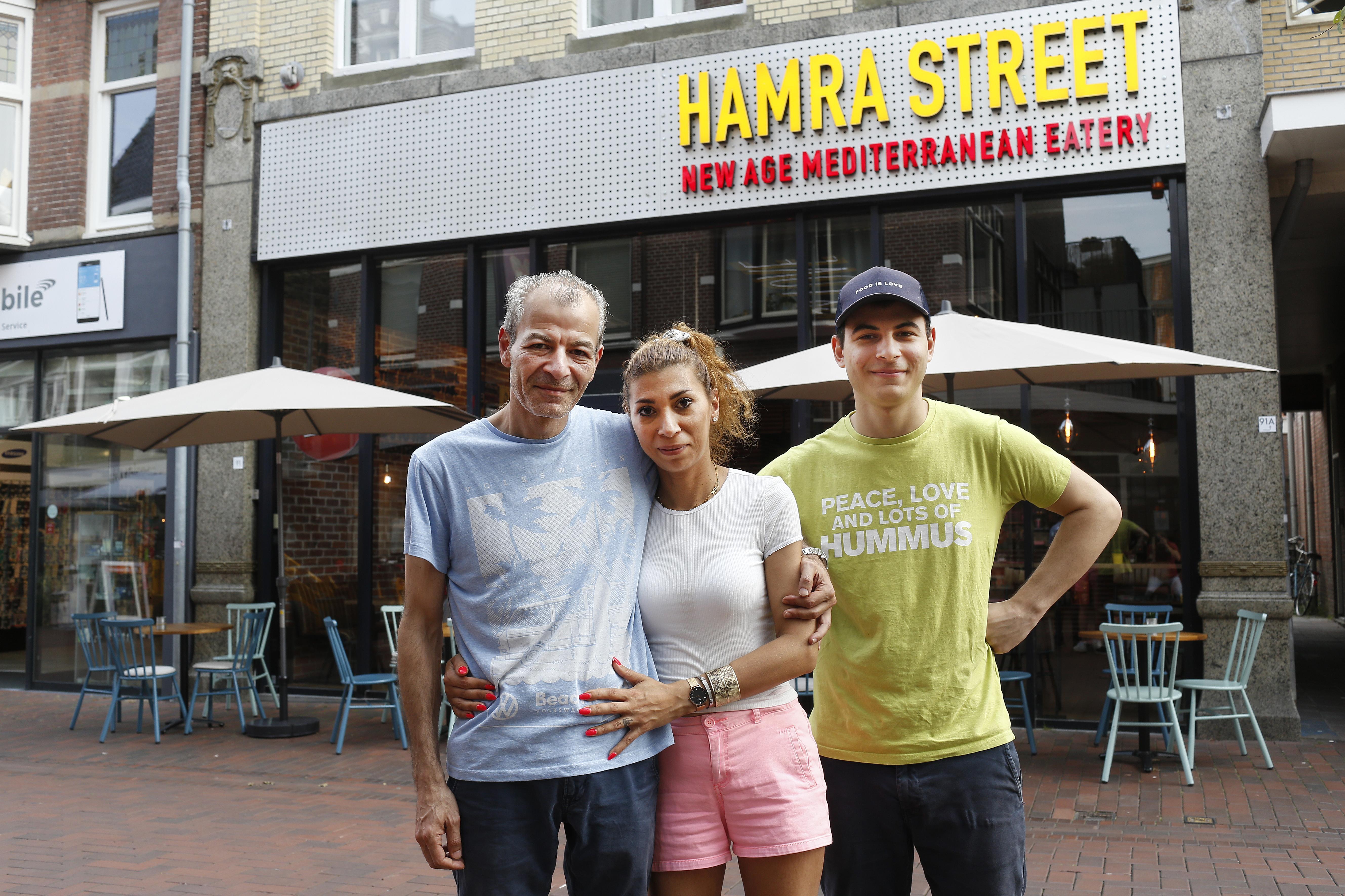 'Voor de klanten blijf je glimlachen, maar van binnen ga je kapot.' Hilversumse restauranthouders Nicolas (47) en Heba (39) Alraai geschokt na ramp in het Beiroet dat zij ontvluchtten
