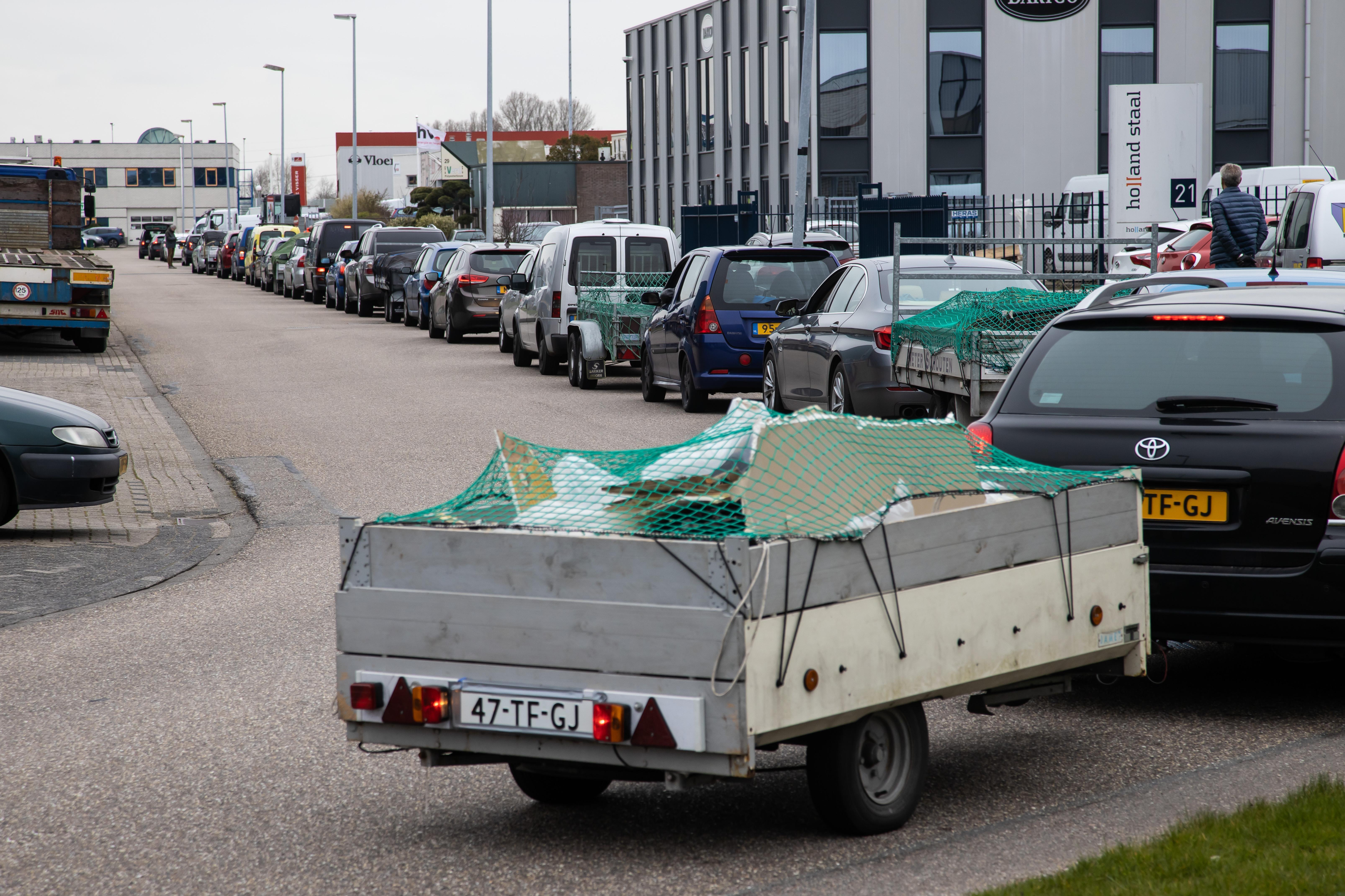 West-Friezen staan met hun grofvuil in de file voor de afvalbrengstations [video]