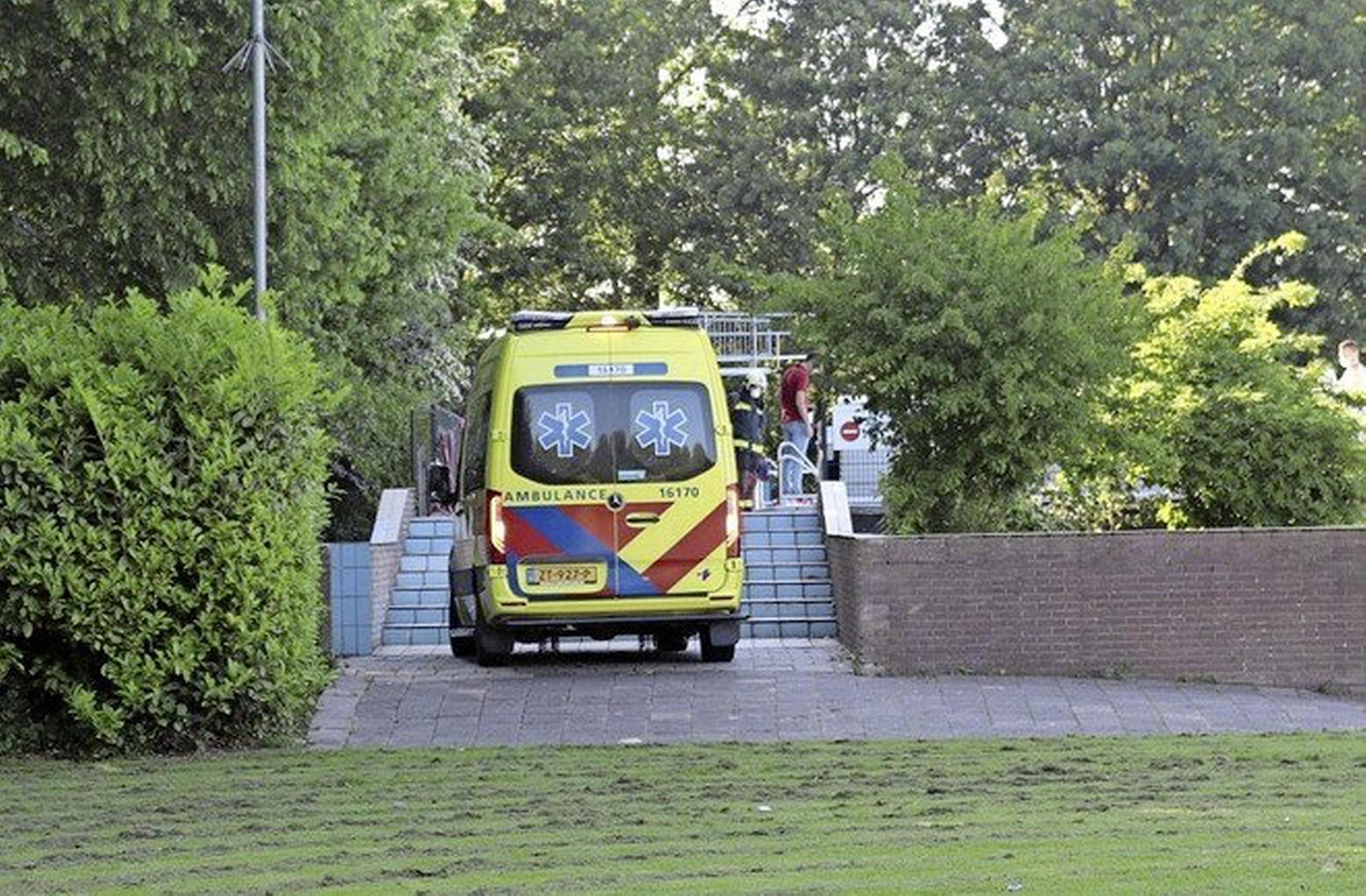 Zwembad De Vosse in Hillegom bekijkt of railing kan worden verwijderd; 12-jarig meisje raakte bekneld tussen stang en tegelwand