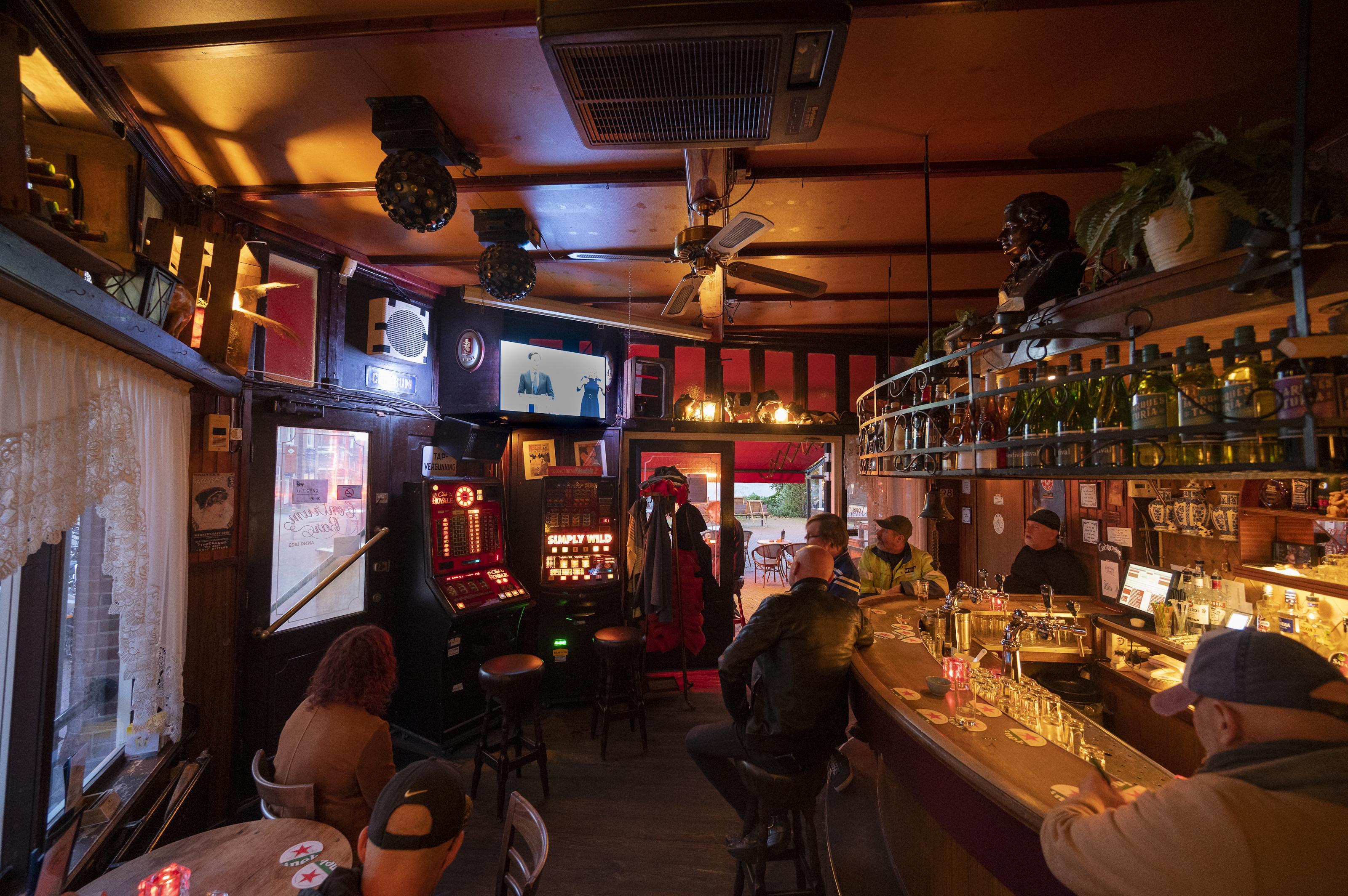Barvrouw Reny van Centrum Bar in Zaandam voelt de bui al hangen na nieuwe coronamaatregelen: 'Ik denk dat ik ander werk moet zoeken'
