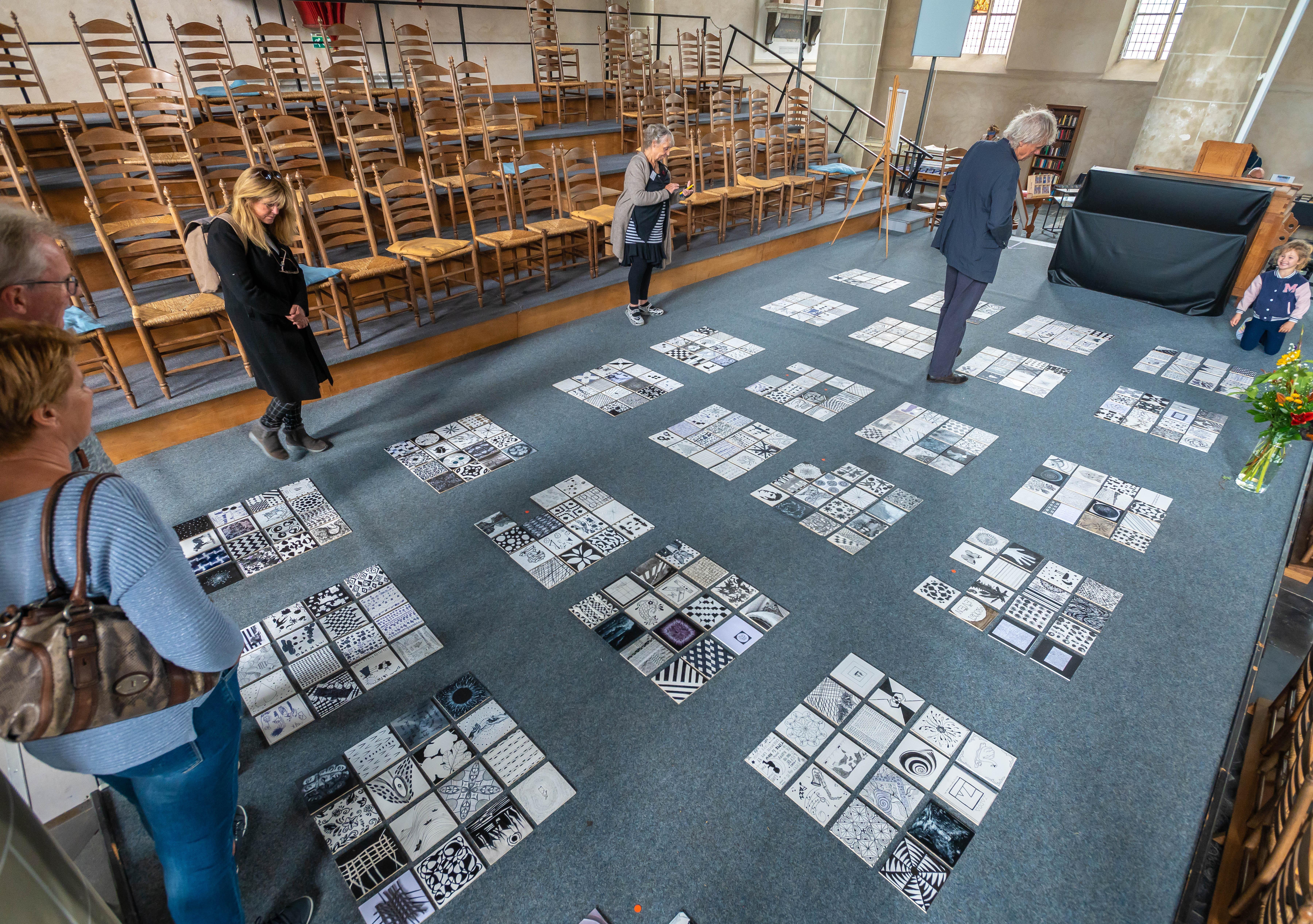 Hoe verander je zwart-witte vierkantjes in rode stippen?; latente talenten uit Waterland vullen kerkvloer in Monnickendam met 375 paneeltjes, die vlot in andere handen komen