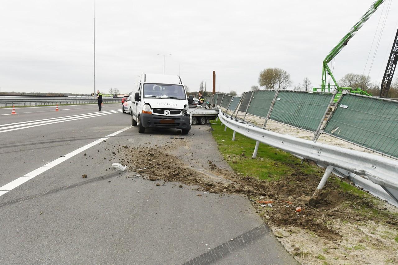 Bedrijfsbus met aanhanger ramt vangrail op A44 bij Leiden