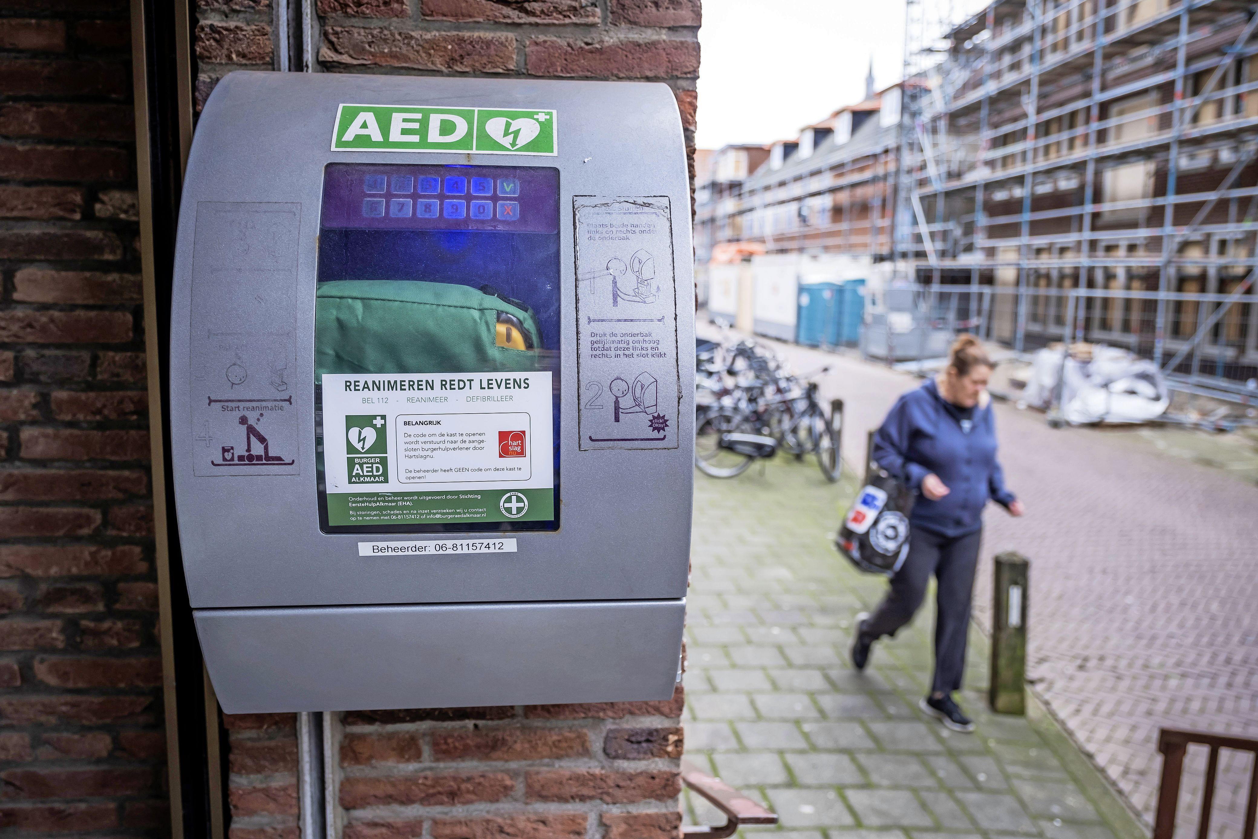Wie steelt er nou een AED? 'Je hebt er niets aan, behalve dat je hem alvast op de hoek van de tafel hebt staan als er iets gebeurt'