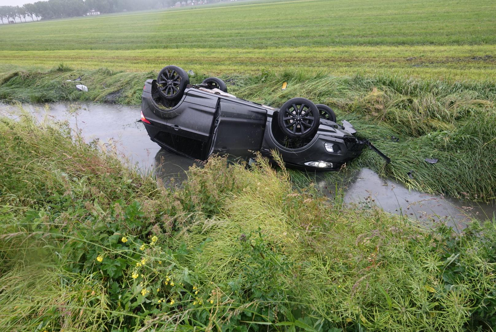 Auto te water in Middenbeemster; bestuurder gewond