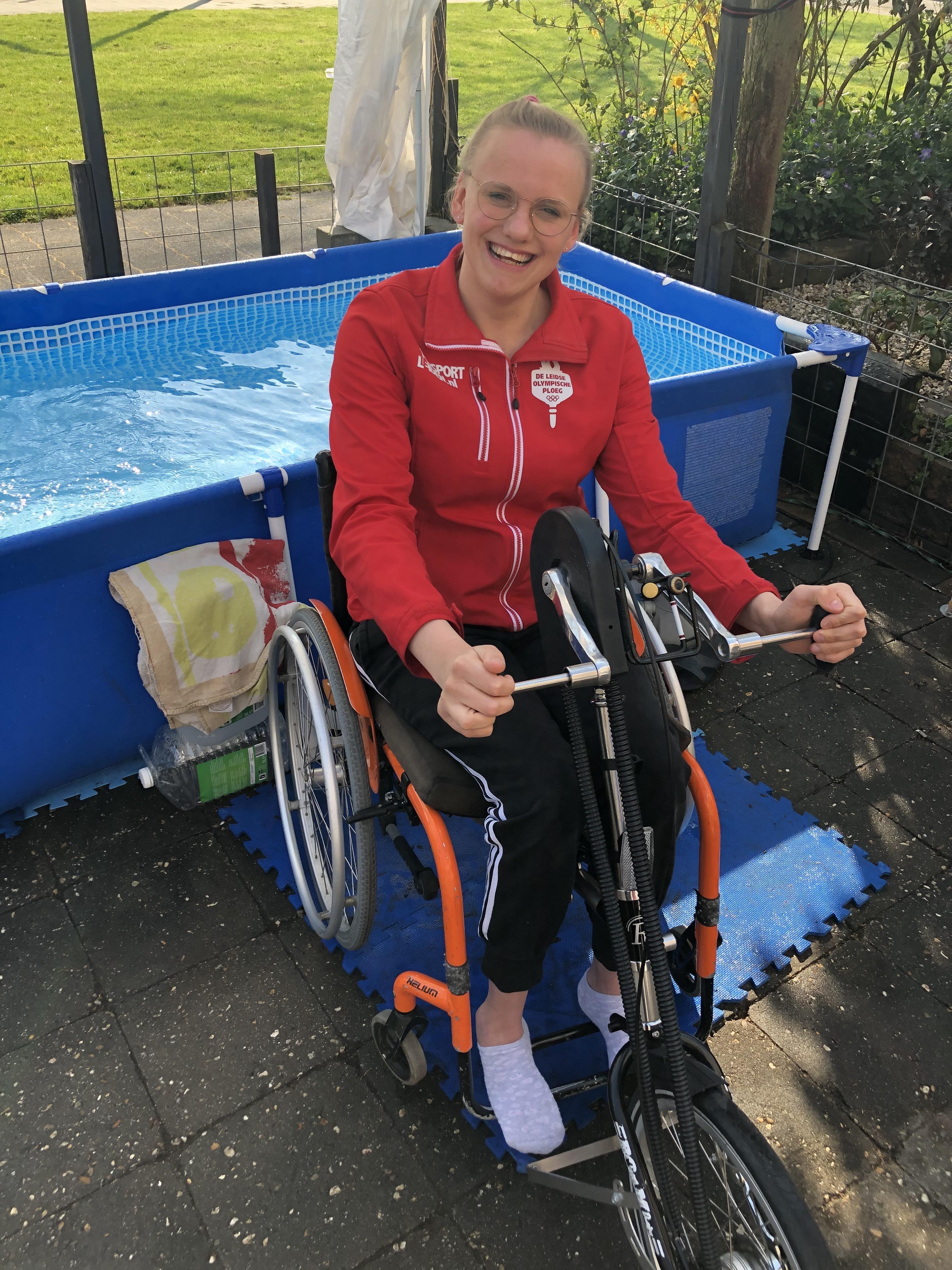 Para-zwemster Jonne Moleman traint op het droge en hoopt snel op haar classificering
