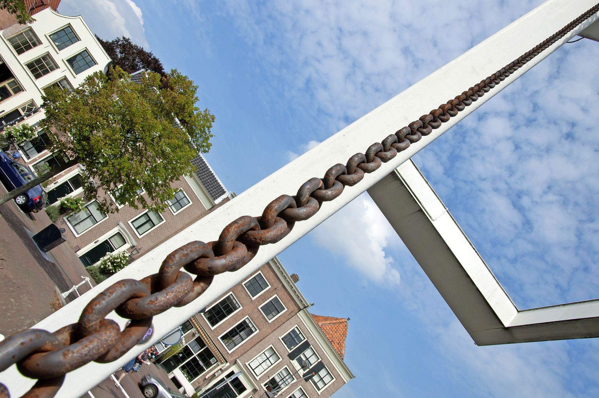 Eigenzinnige beelden van Fotogroep Haarlem in Noord-Hollands Archief. 'De uitdaging was om met andere ogen naar de stad te kijken'